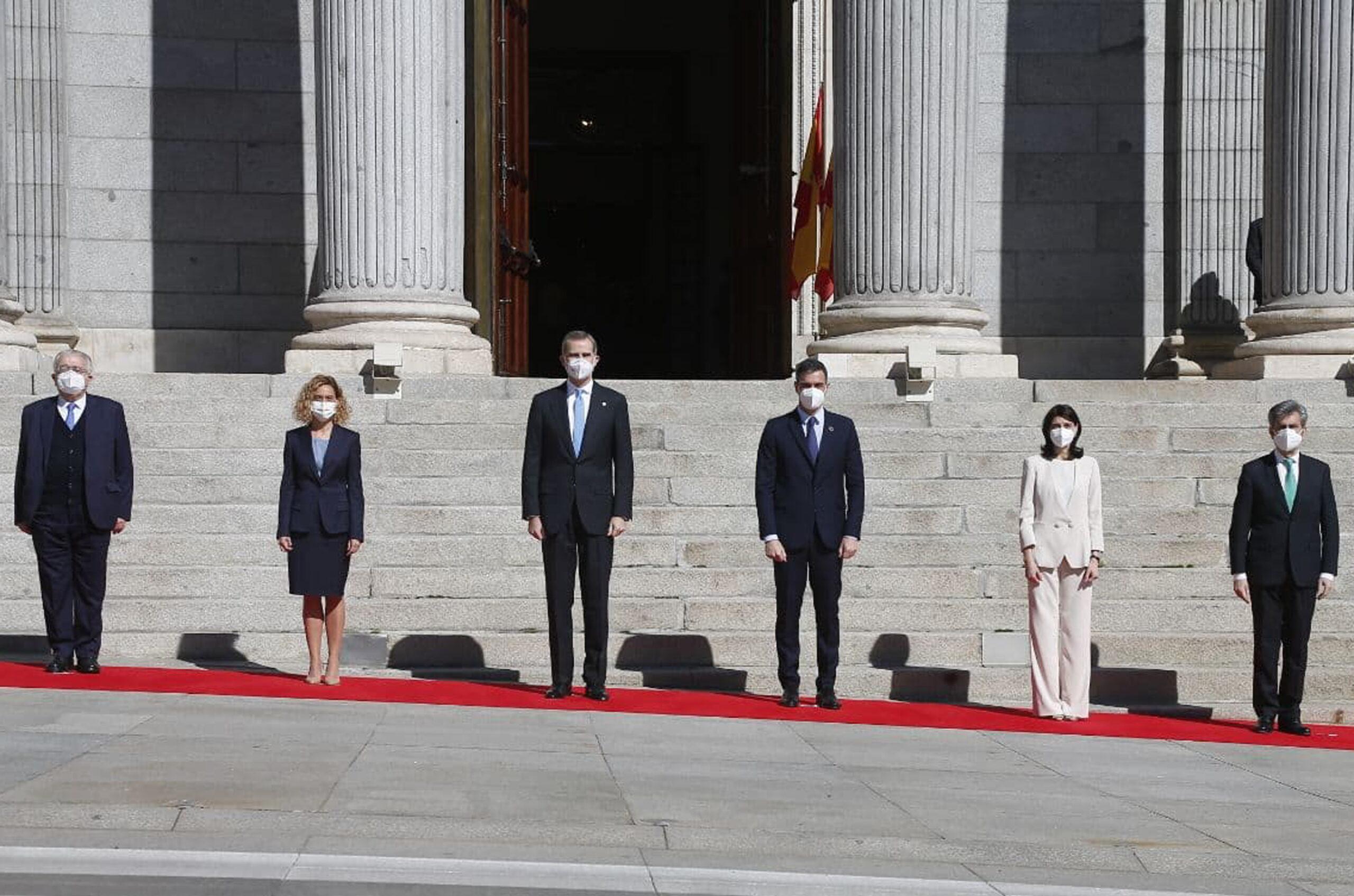 Els presidents del TC, Juan José González; el Congrés dels Diputats, Meritxell Batet; el govern espanyol, Pedro Sánchez; el Senat, Pilar Llop, i el CGPJ, Carlos Lesmes, amb Felip VI | ACN