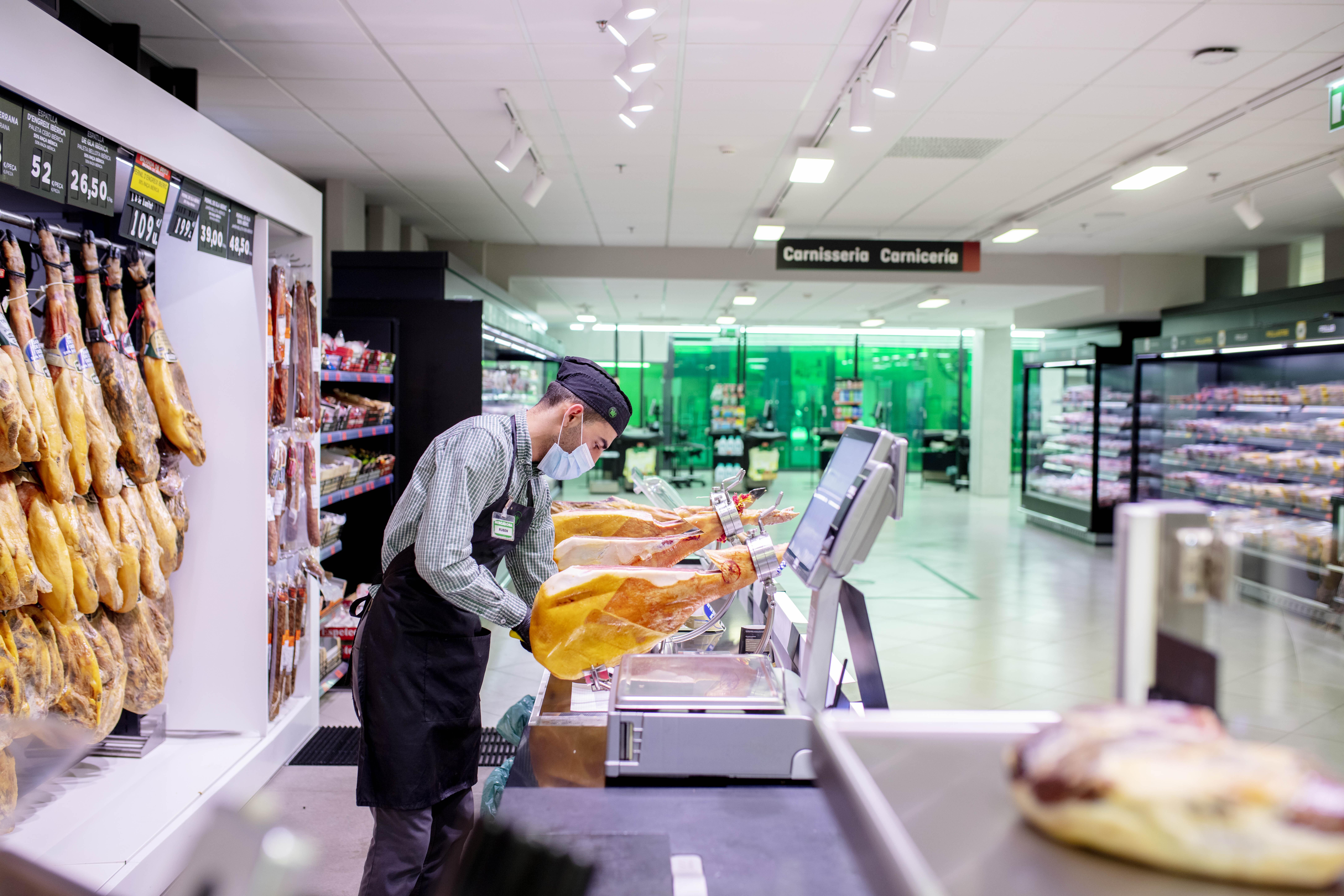 Treballador de Mercadona en un supermercat de Barcelona