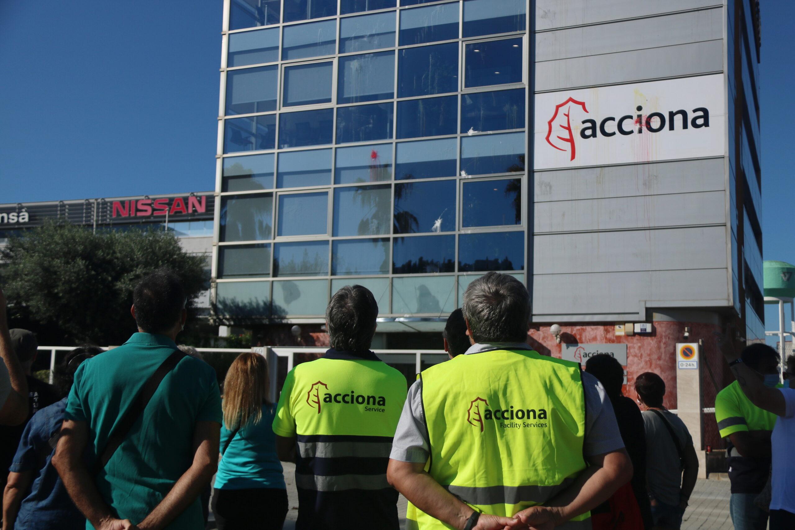Diversos treballadors d'Acciona concentrats davant la seu que té l'empresa al Passeig de la Zona Franca de Barcelona (ACN)