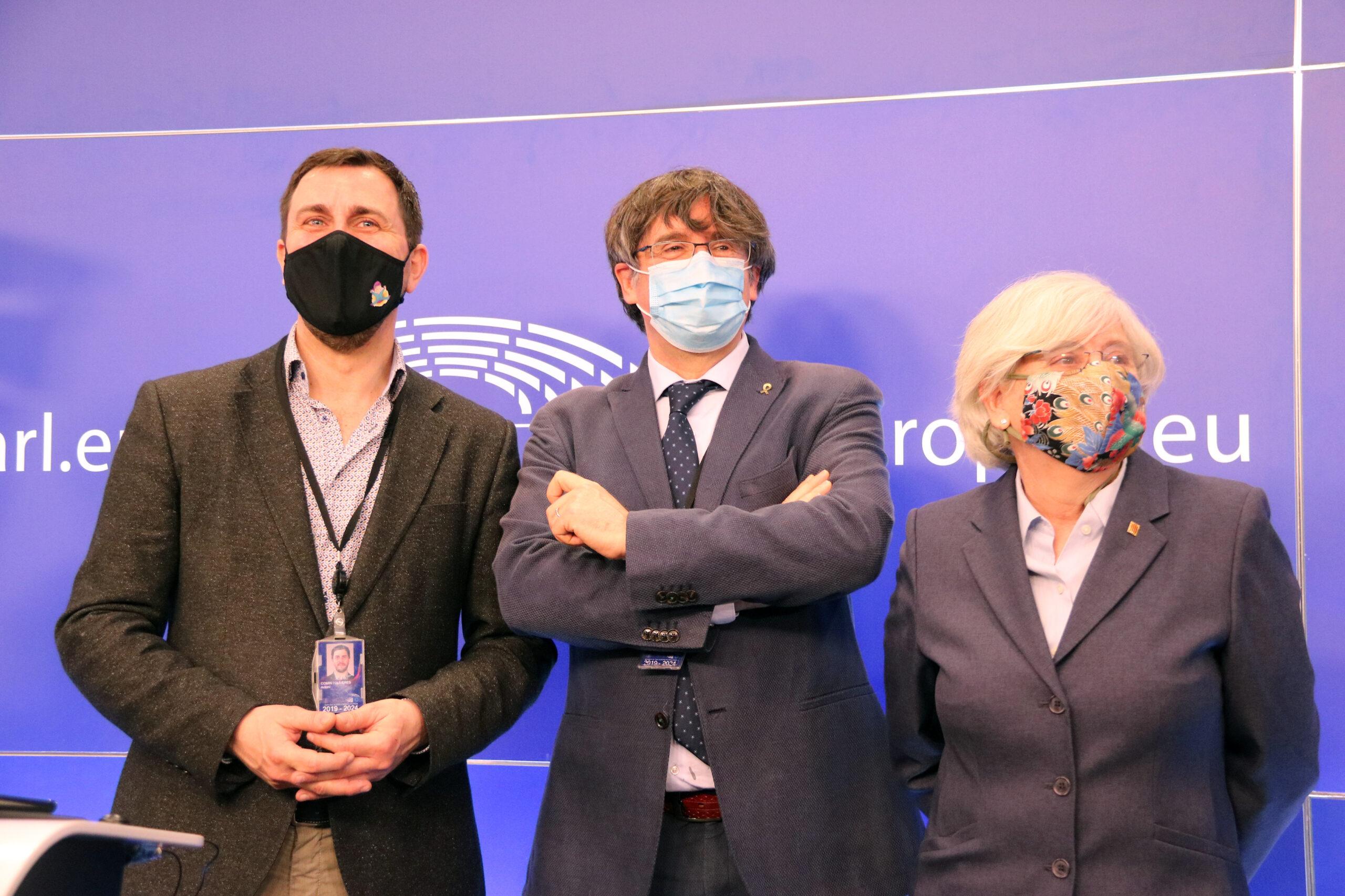 Els eurodiputats de JxCat Carles Puigdemont, Toni Comín i Clara Ponsatí després de la roda de premsa a l'Eurocambra | ACN