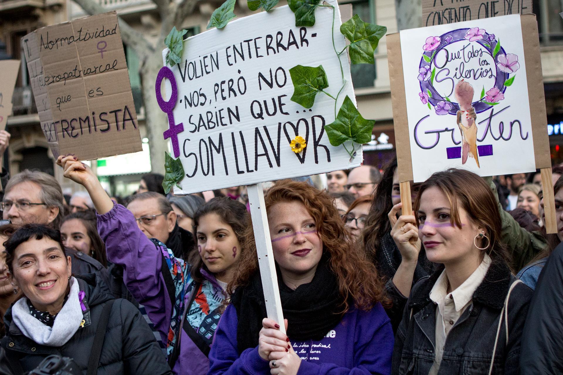 Noies amb pancartes inundaven els carrers de Barcelona durant la manifestació feminista del 8-M del 2019 / Sira Esclasans