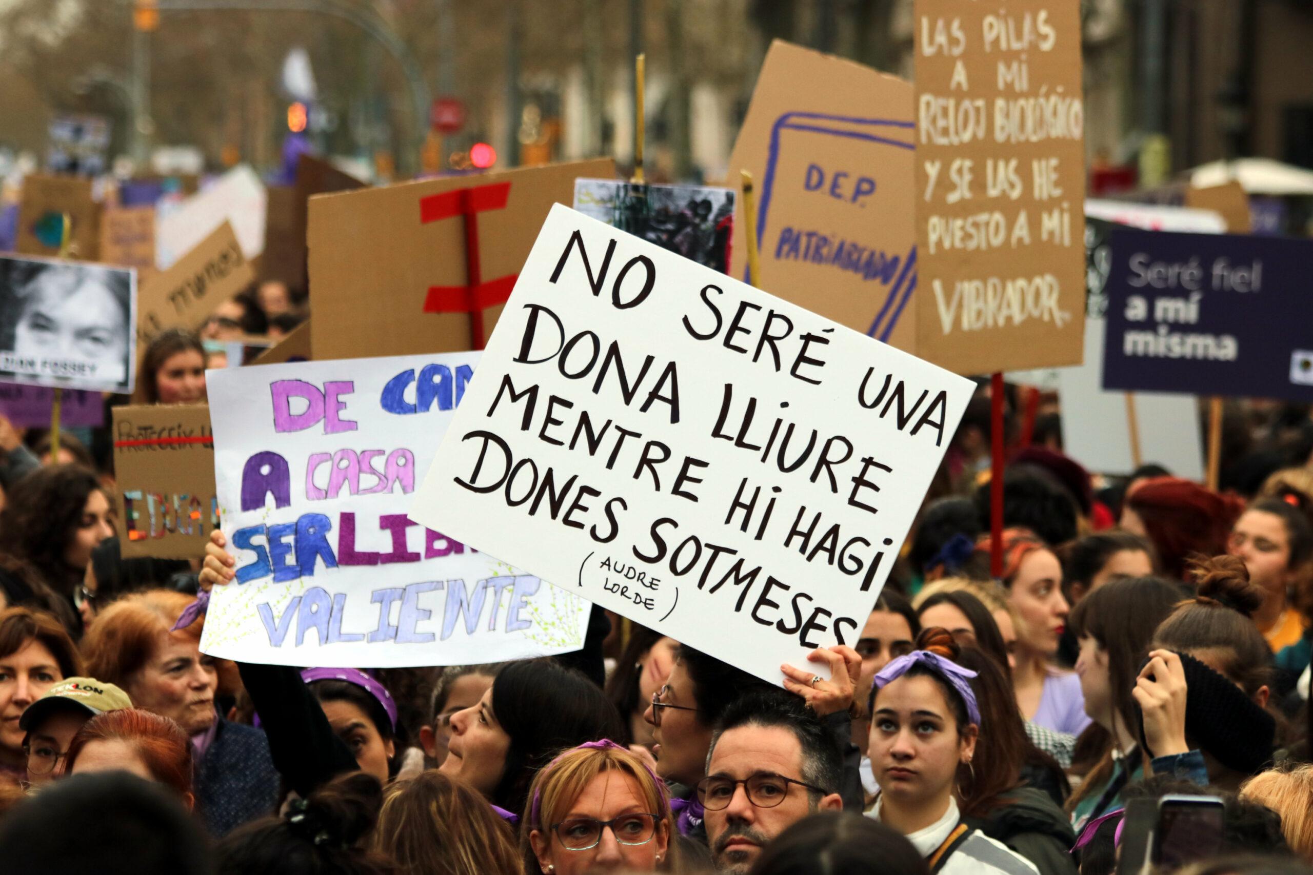 """Una pancarta de la manifestació del 8M on es pot llegir """"no seré una dona lliure mentre hi hagi dones sotmeses"""" el 8 de març del 2020. (Horitzontal)"""