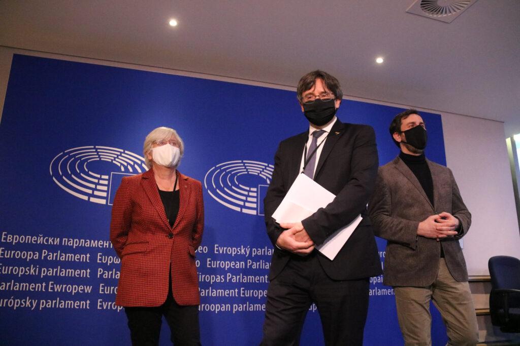 Els eurodiputats Carles Puigdemont, Clara Ponsatí i Toni Comín a l'entrada de la vista pel suplicarori el 14 de gener de 2021 al Parlament Europeu / ACN