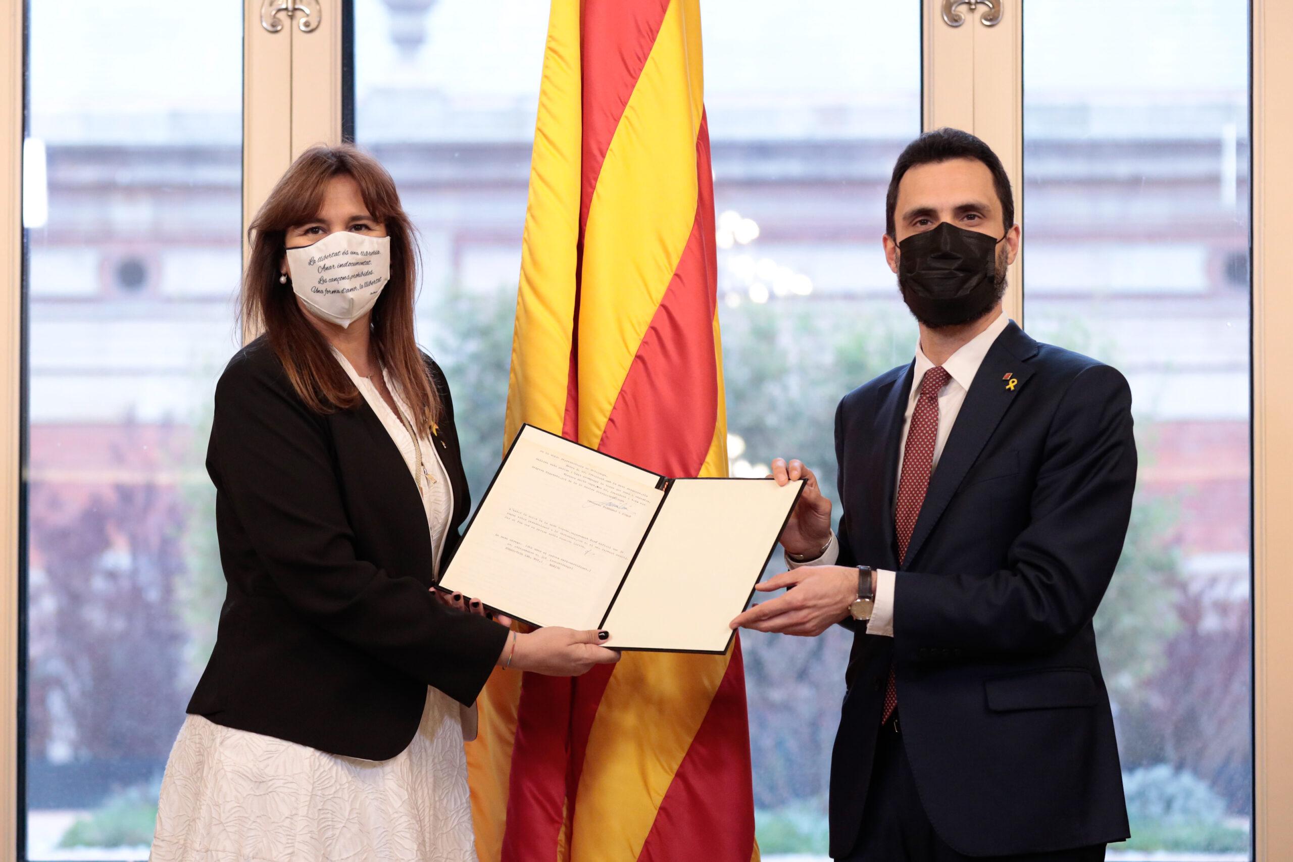 La presidenta del Parlament, Laura Borràs, rep de mans de l'expresident Roger Torrent la tradicional carta de Francesc Farreras, després de la seva proclamació | ACN