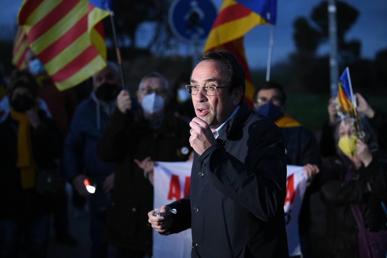 L'exconseller Josep Rull s'adreça a un seguit de persones que li han donat suport a l'entrada a la presó de Lledoners