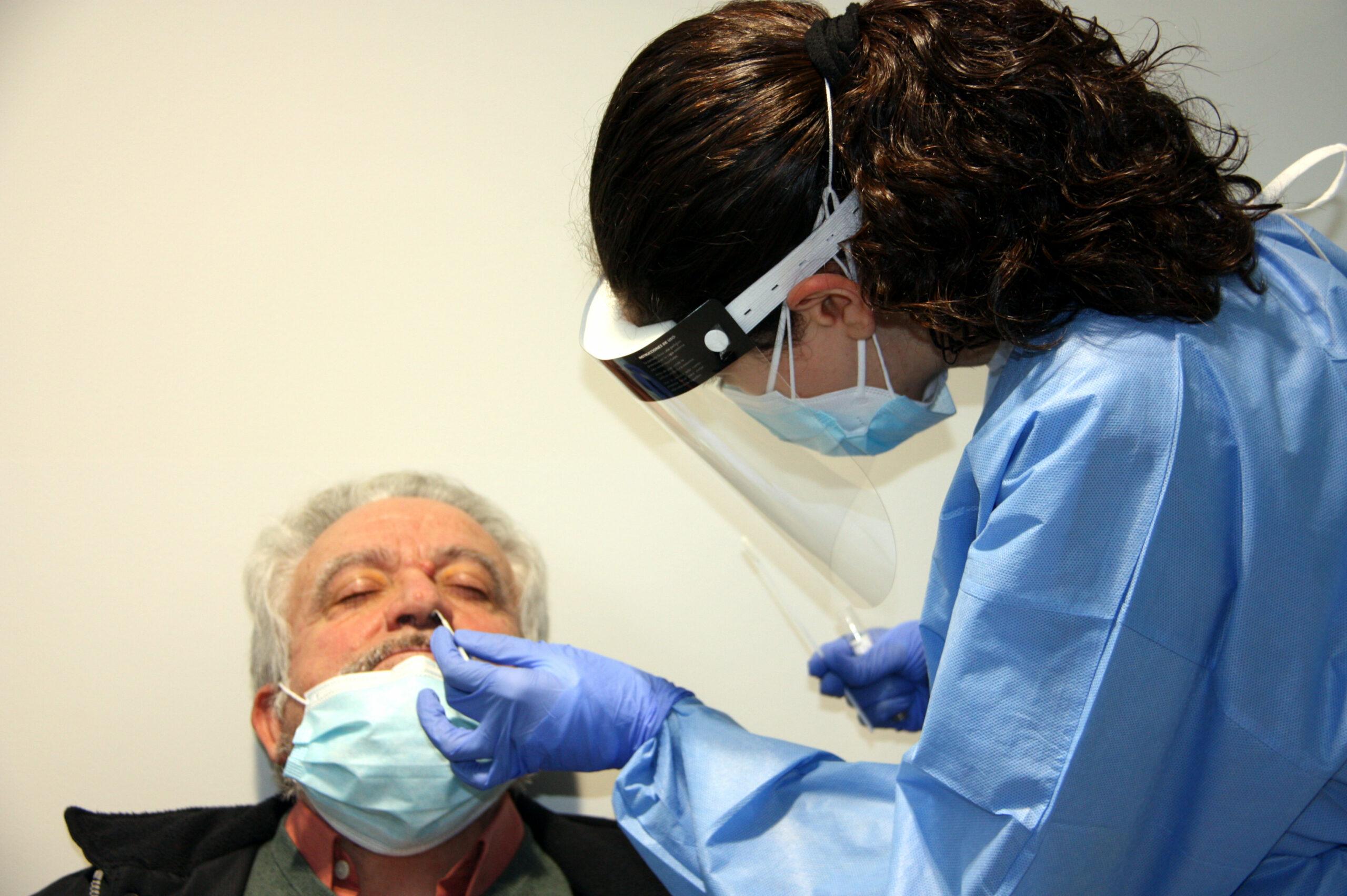 Una sanitària realitzant una PCR a un pacient | ACN