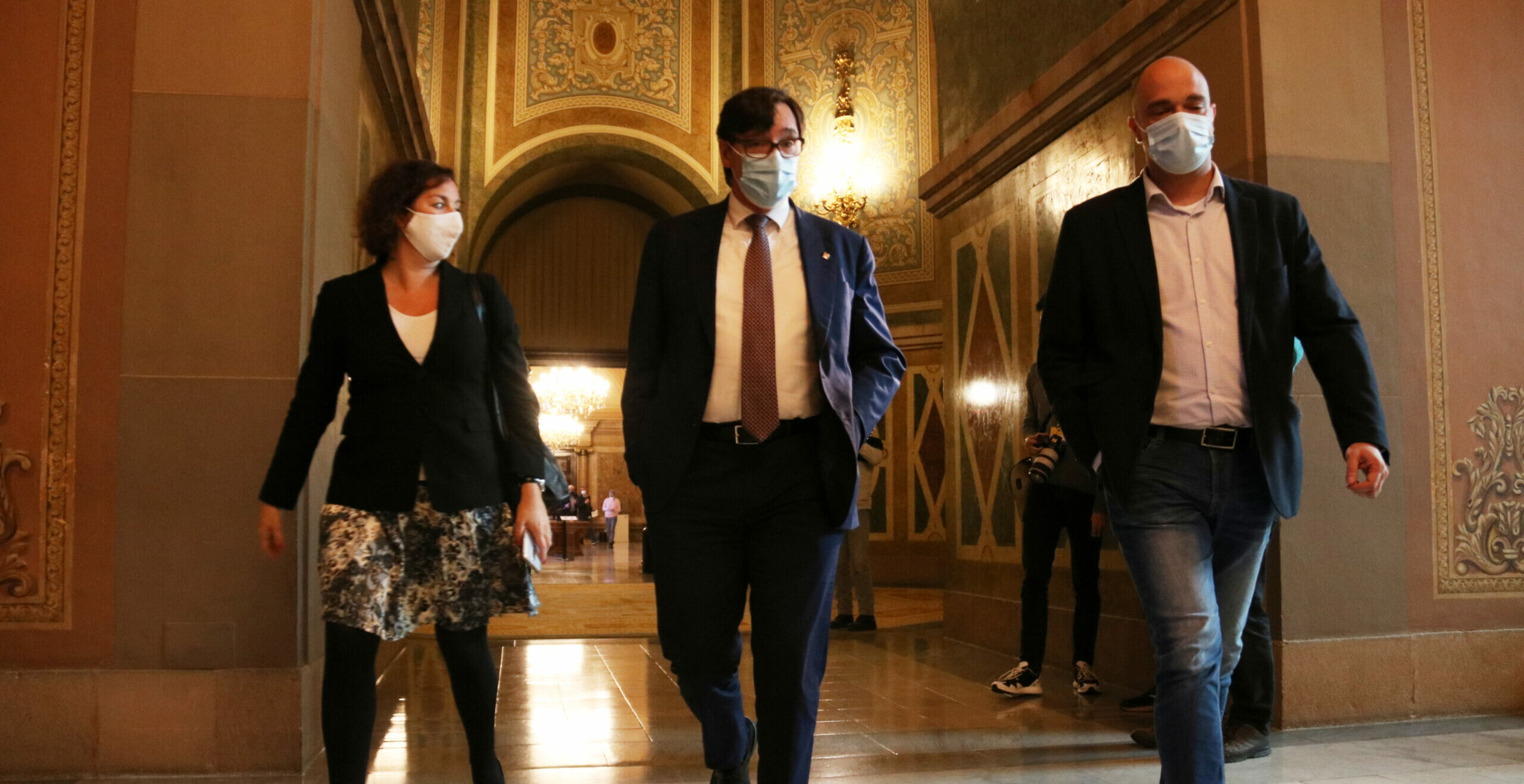Alícia Romero, Salvador Illa i Raúl Moreno (PSC), als passadissos del Parlament | ACN
