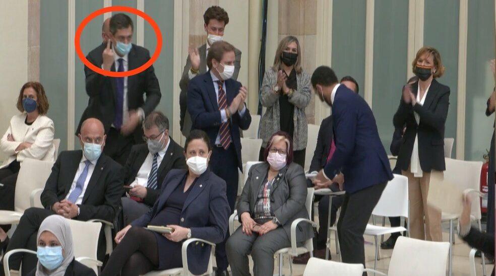 El diputat de Vox Antonio Gallego ensenya el dit del mig, el que en castellà es diu fer 'la peineta', durant el debat d'investidura, després de veure la desbandada dels diputats que s'han negat a escoltar el seu líder, Ignacio Garriga / Imatge de Canal Parlament