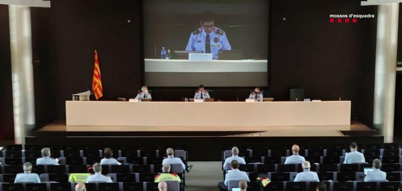 El major dels Mossos, Josep Lluís Trapero, en una reunió amb comandaments per parlar dels aldarulls el 2 de març / ACN