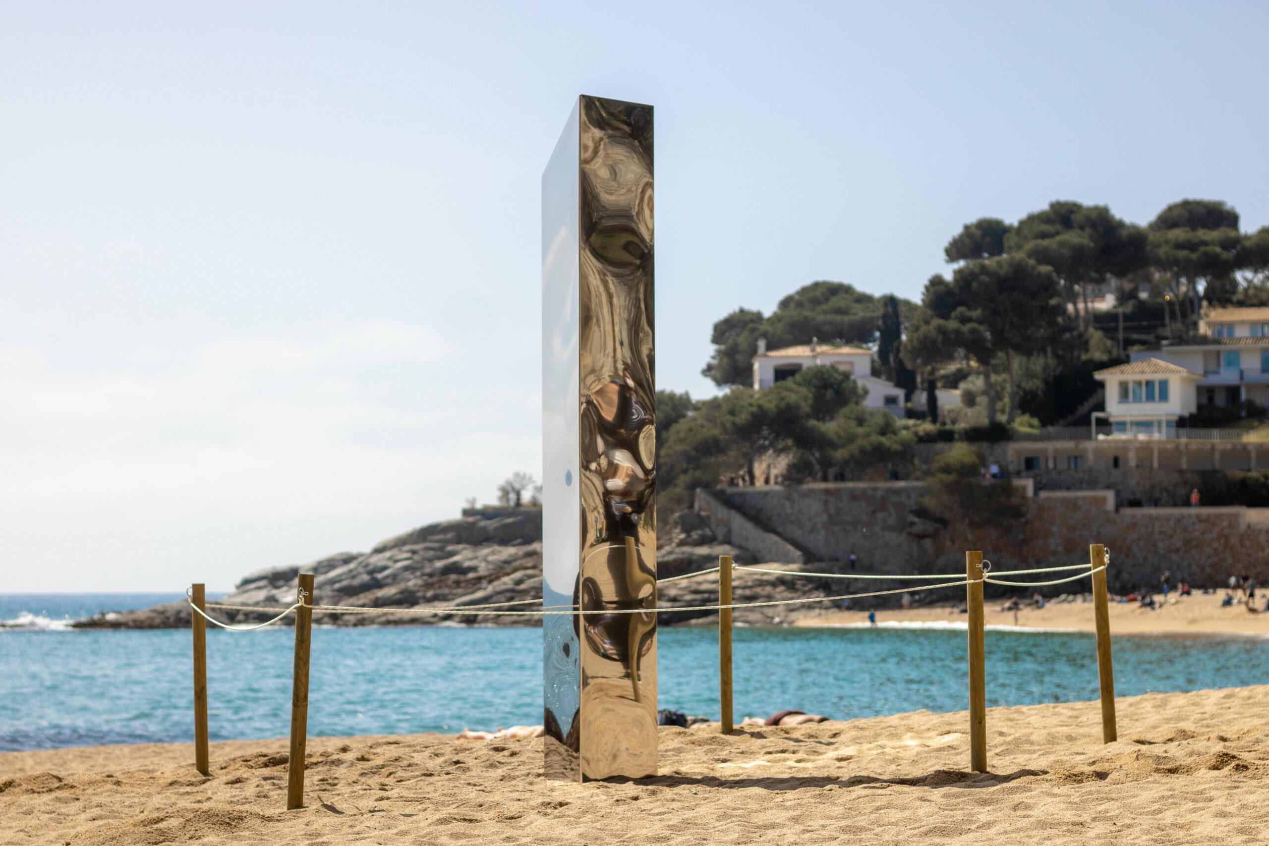 La platja de Sa Conca amb el monòlit d'acer inoxidable al mig | ACN