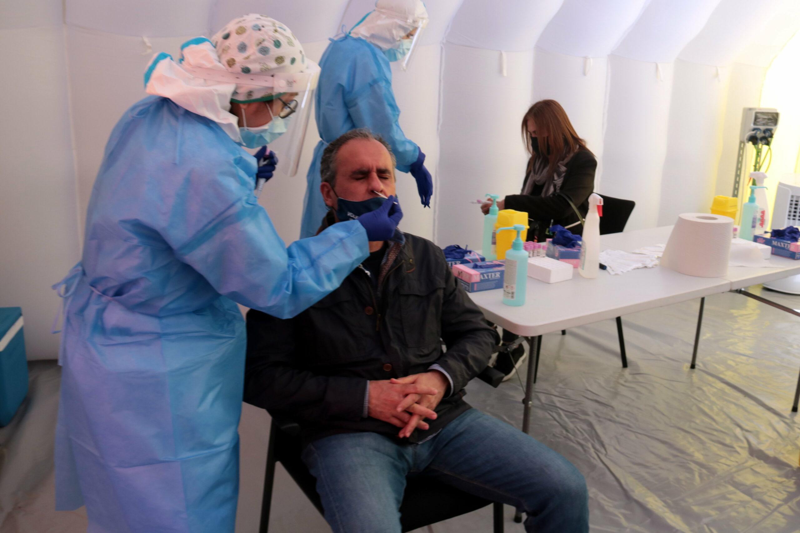 Imatge d'una de les persones que ha acudit a fer-se la PCR en el cribratge massiu a la Zona Alta de Lleida, el 31 de març del 2021. ACN