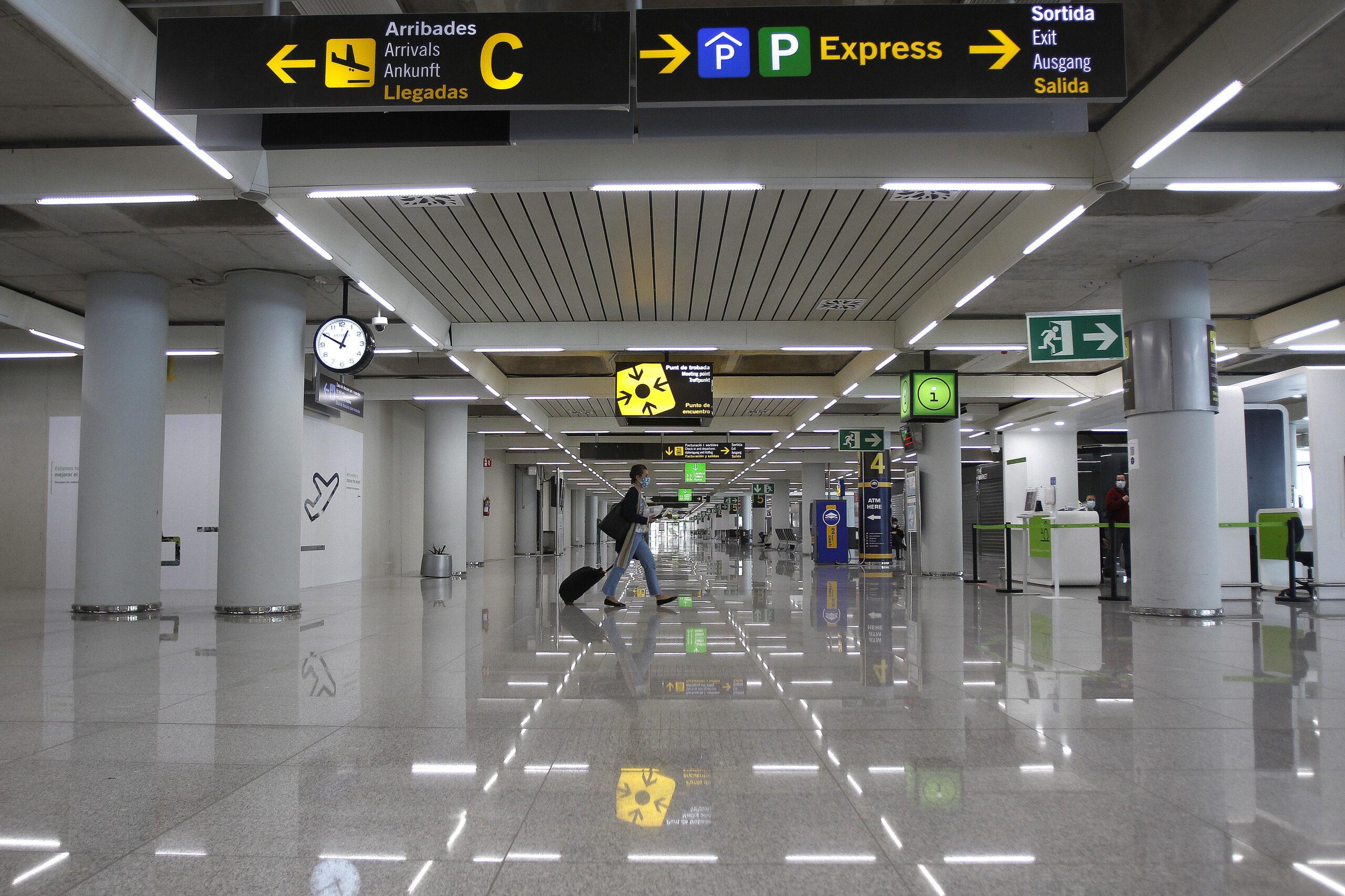 Un passatger a l'aeroport de Palma, el 31 de març del 2021 / Europa Press