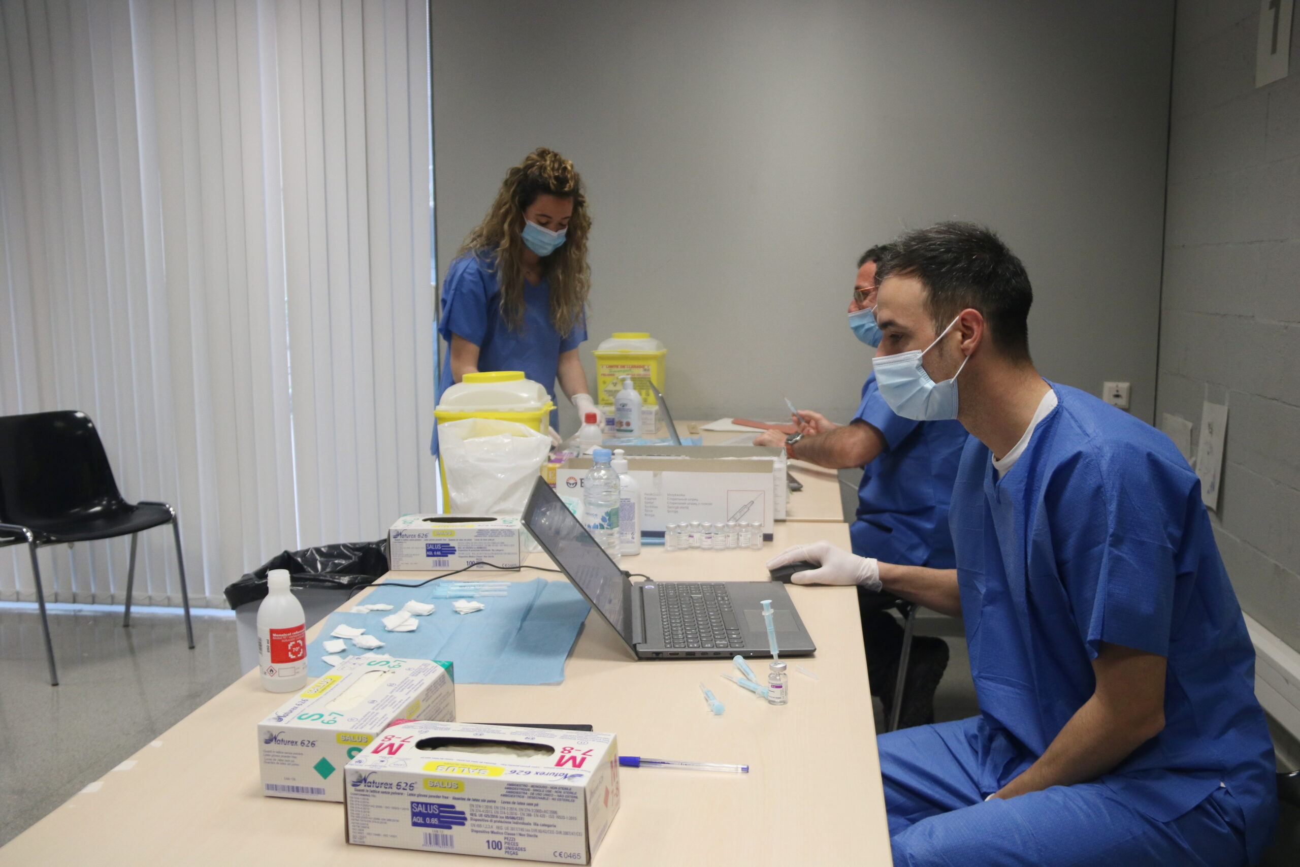 Diversos sanitaris en un dels punts de vacunació habilitats a la Facultat de Geografia i Història de la Universitat de Barcelona. Imatge del 4 d'abril de 2021 / ACN