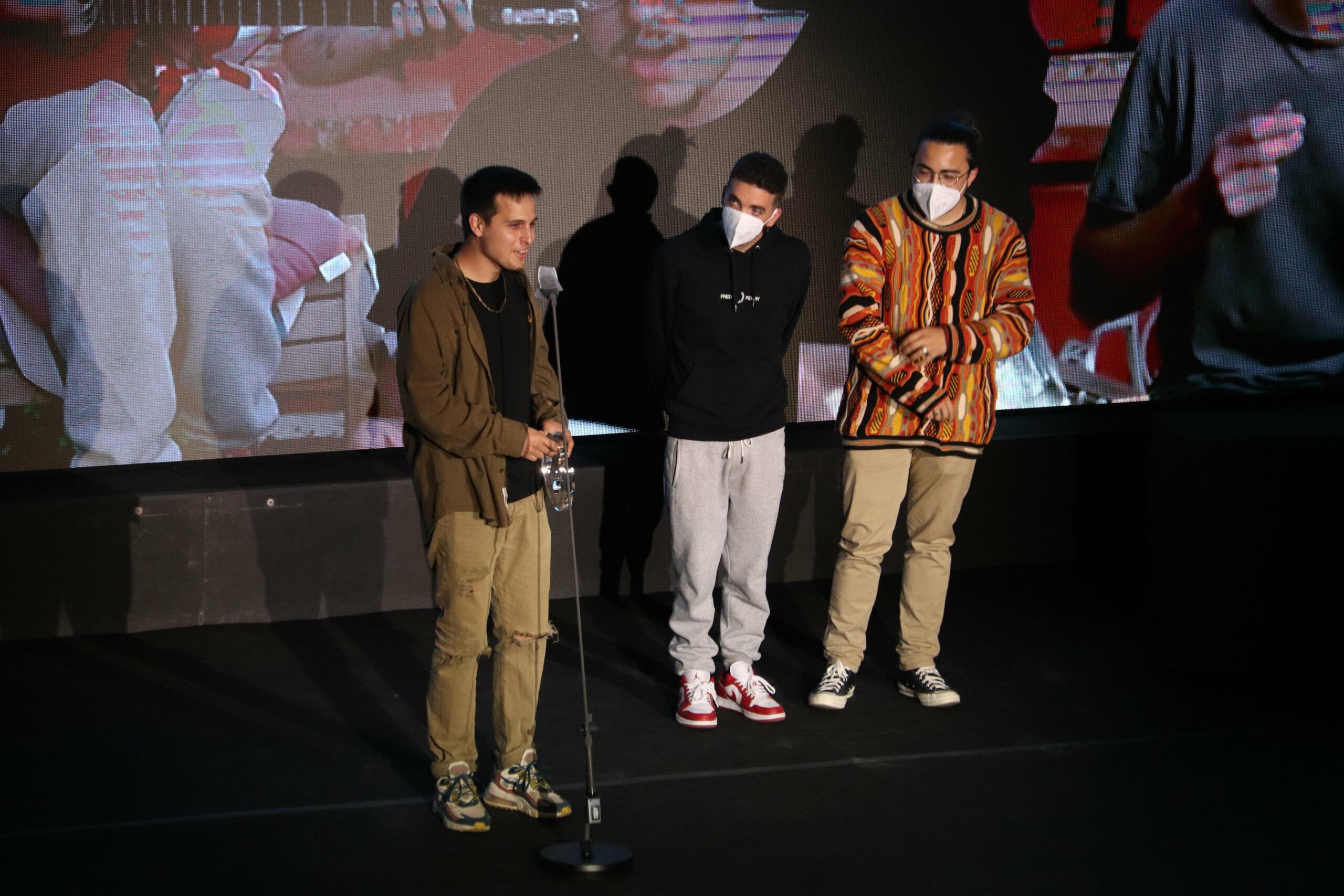 Els Stay Homas recollint un dels premis Enderrock en la gala a l'Auditori de Girona / ACN