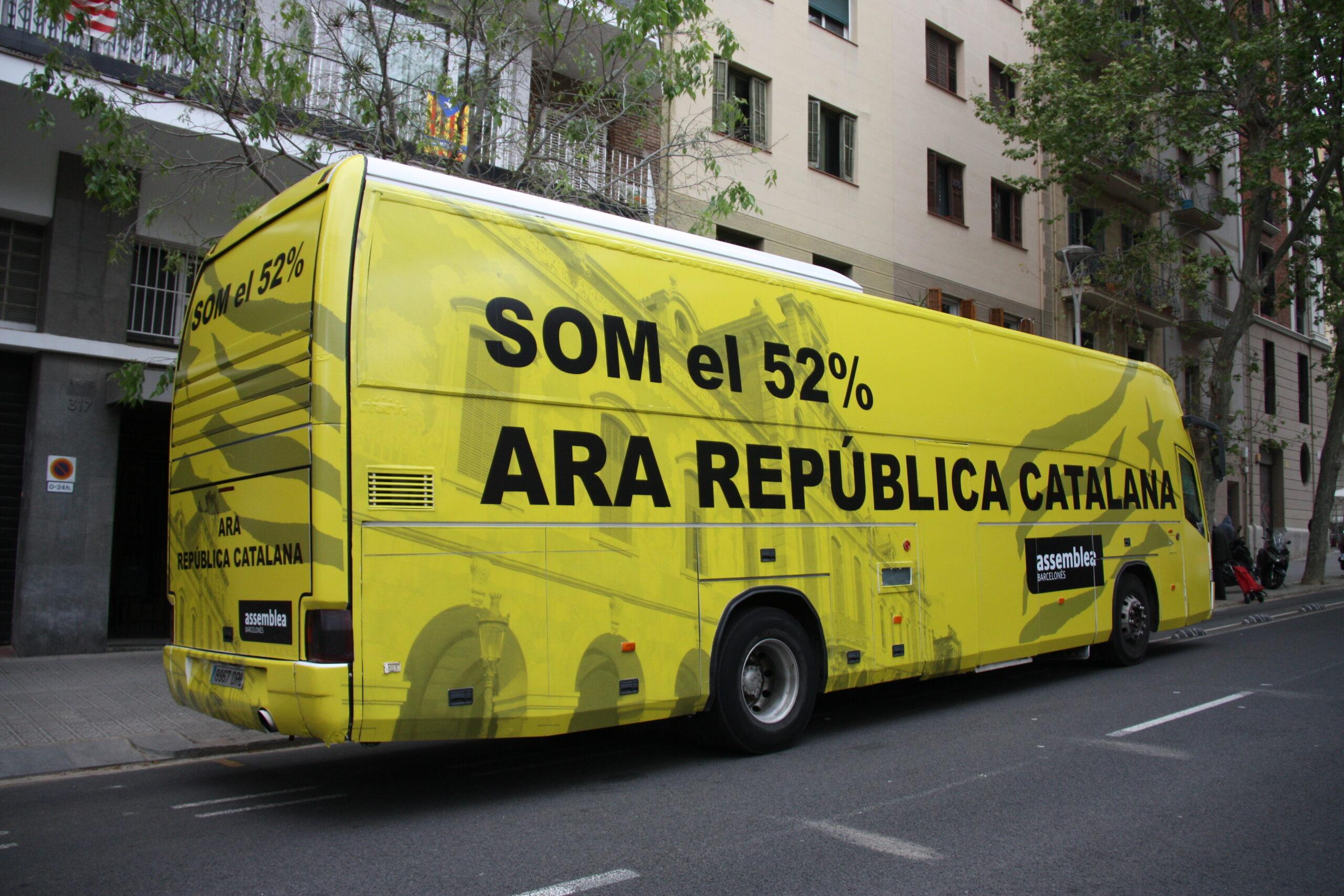 El 'Bus per la independència' impulsat per l'ANC en circulació, el 9 d'abril del 2021 / ACN