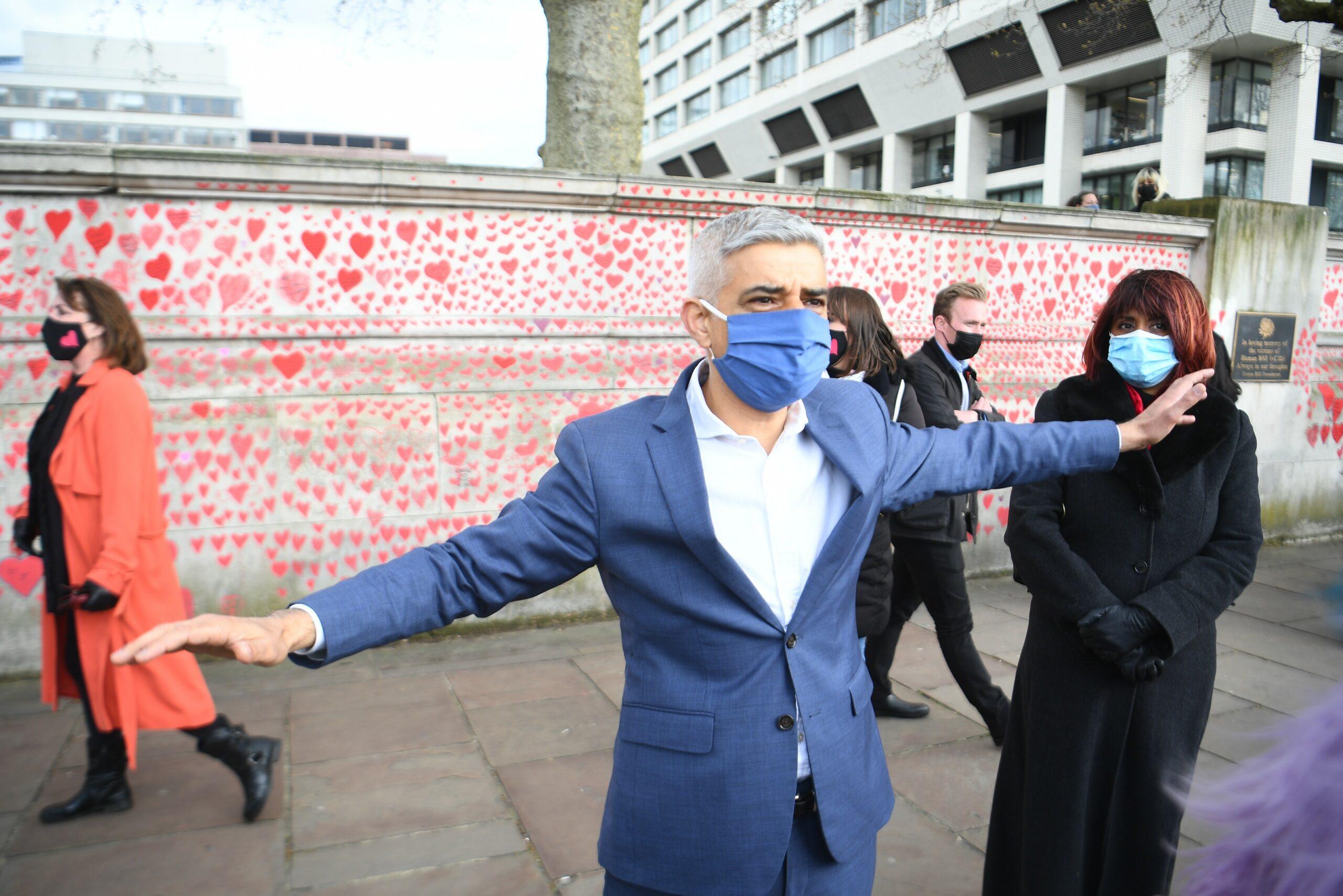 L'alcalde de Londres, Sadiq Khan, visita el memorial per les víctimes de la Covid-19 / EP