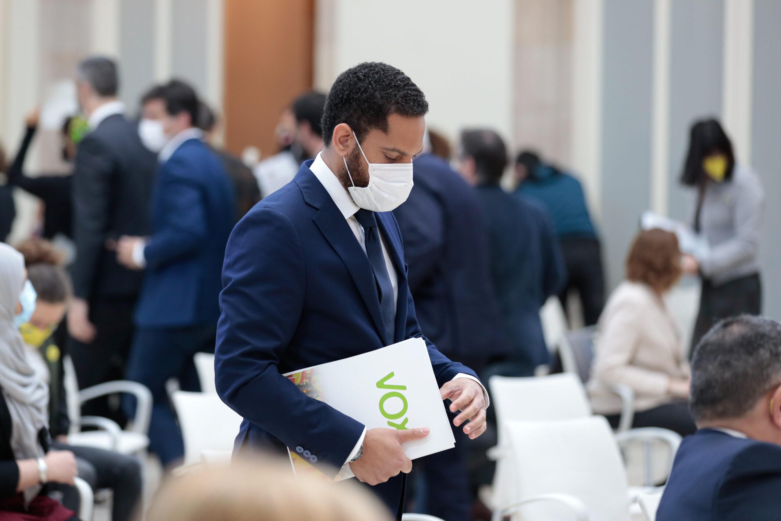 Ignacio Garriga, adreçant-se a l'atri per intervenir en el debat d'investidura el 26 de març, mentre molts dels diputats marxen / ACN