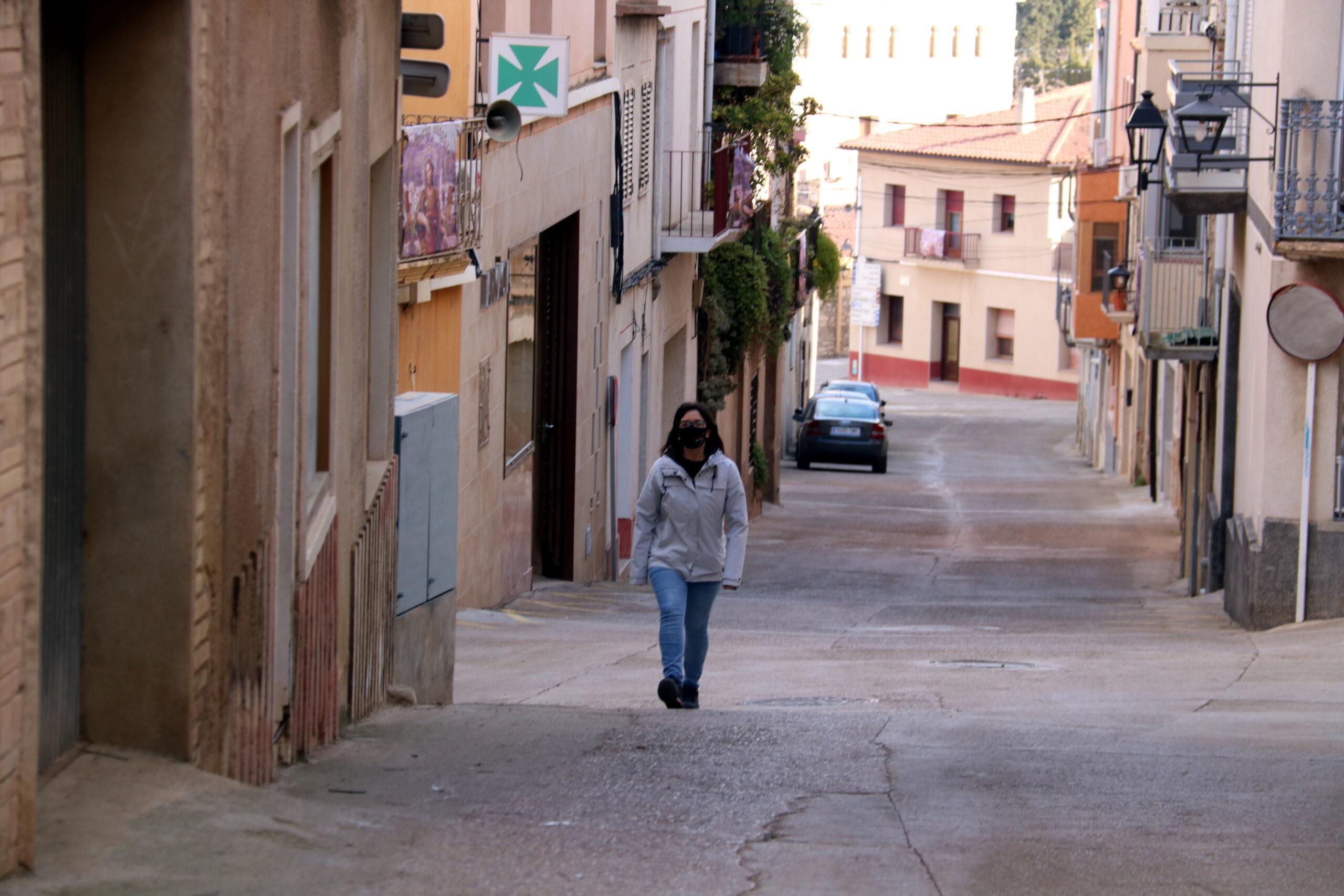 L'alcaldessa del Pinell de Brai, Eva Amposta, passejant pel municipi (ACN)