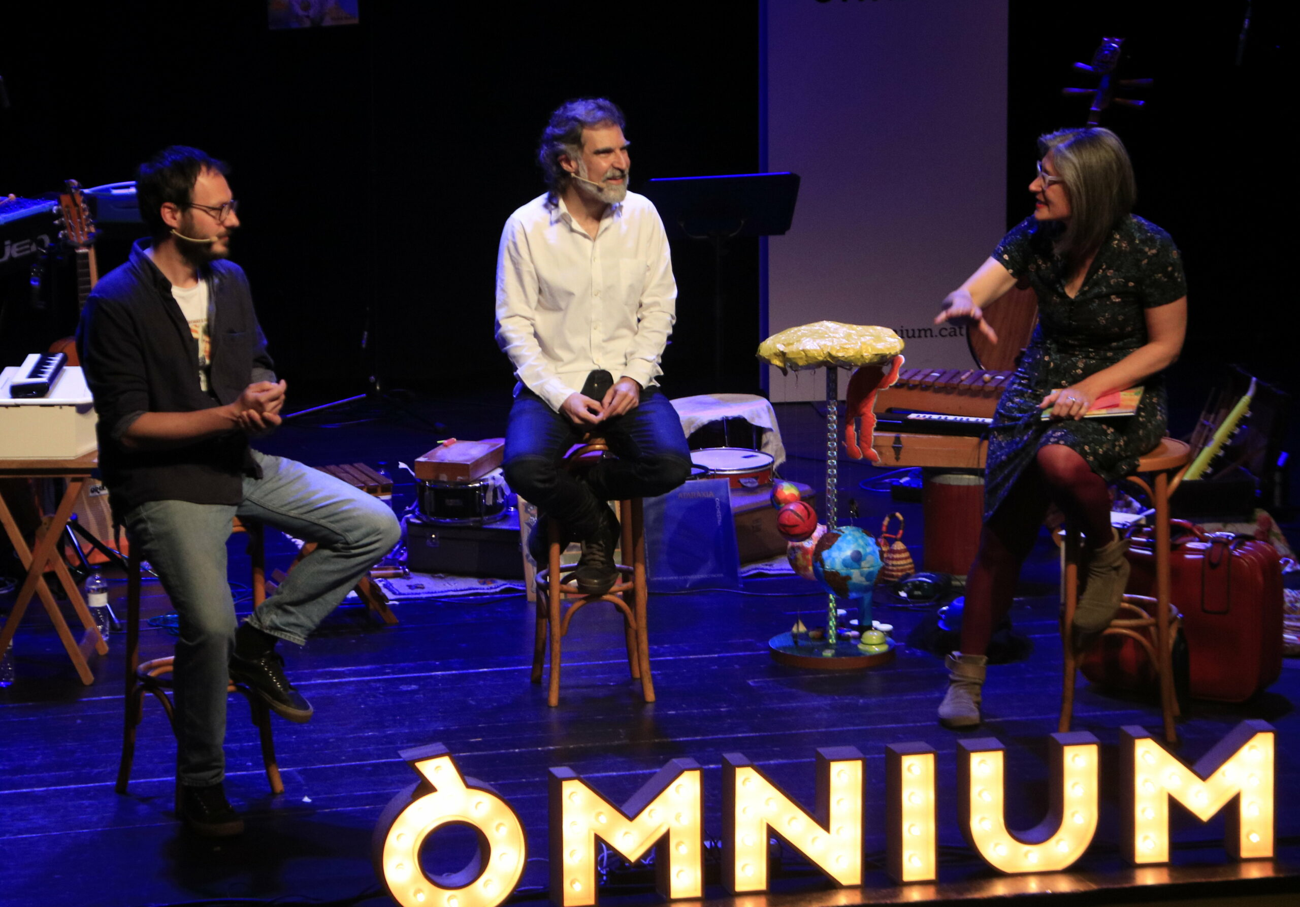El president d'Òmnium Cultural, Jordi Cuixart, presenta amb l'il·lustrador Oriol Malet i la narradora Mon Mas el segon conte infantil que ha escrit, 'El polsim màgic', al Centre Artesà Tradicionarius de Barcelona. 11 d'abril del 2021. (Horitzontal)