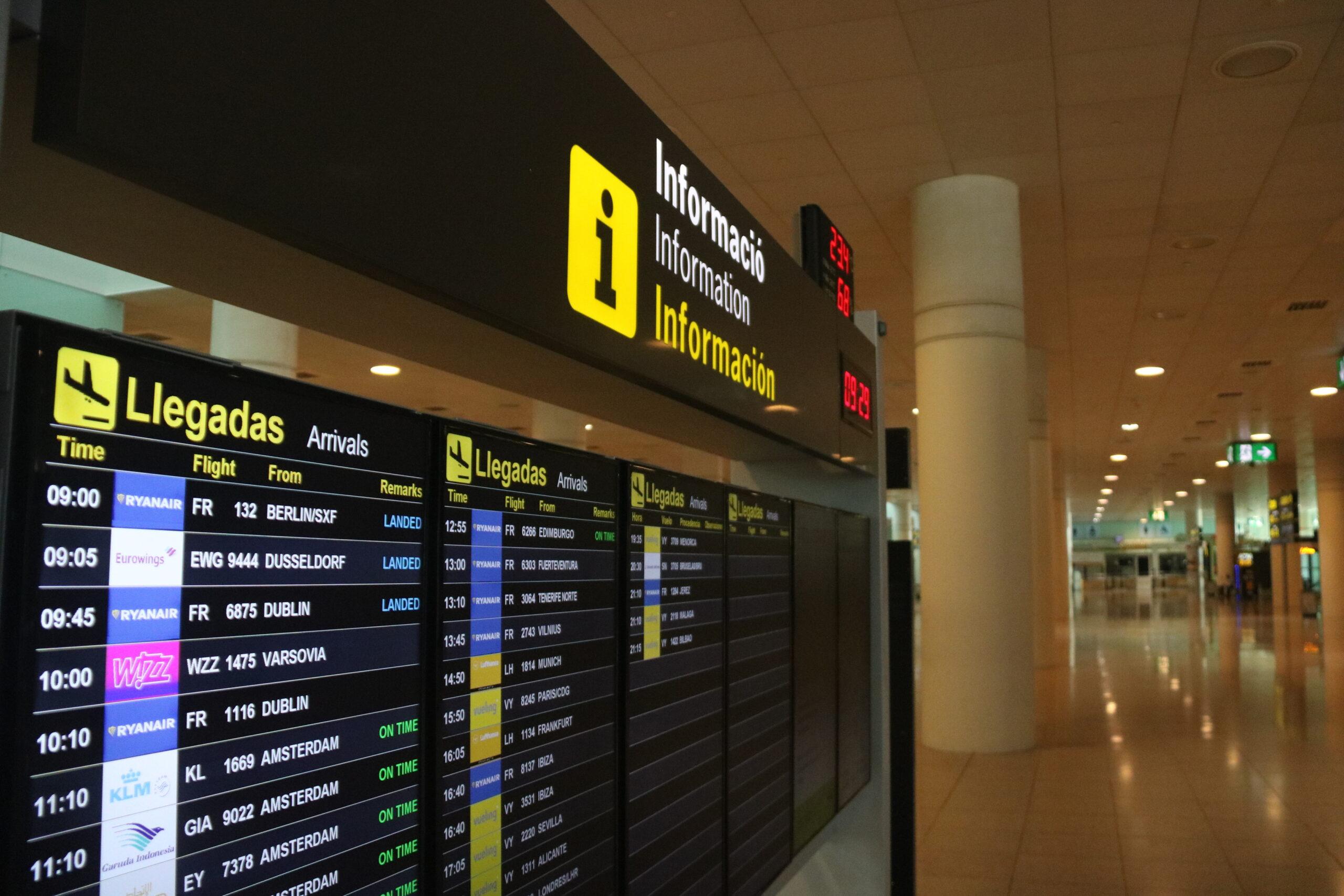 Pantalla on apareixen els vols d'arribada a l'aeroport de Barcelona | ACN