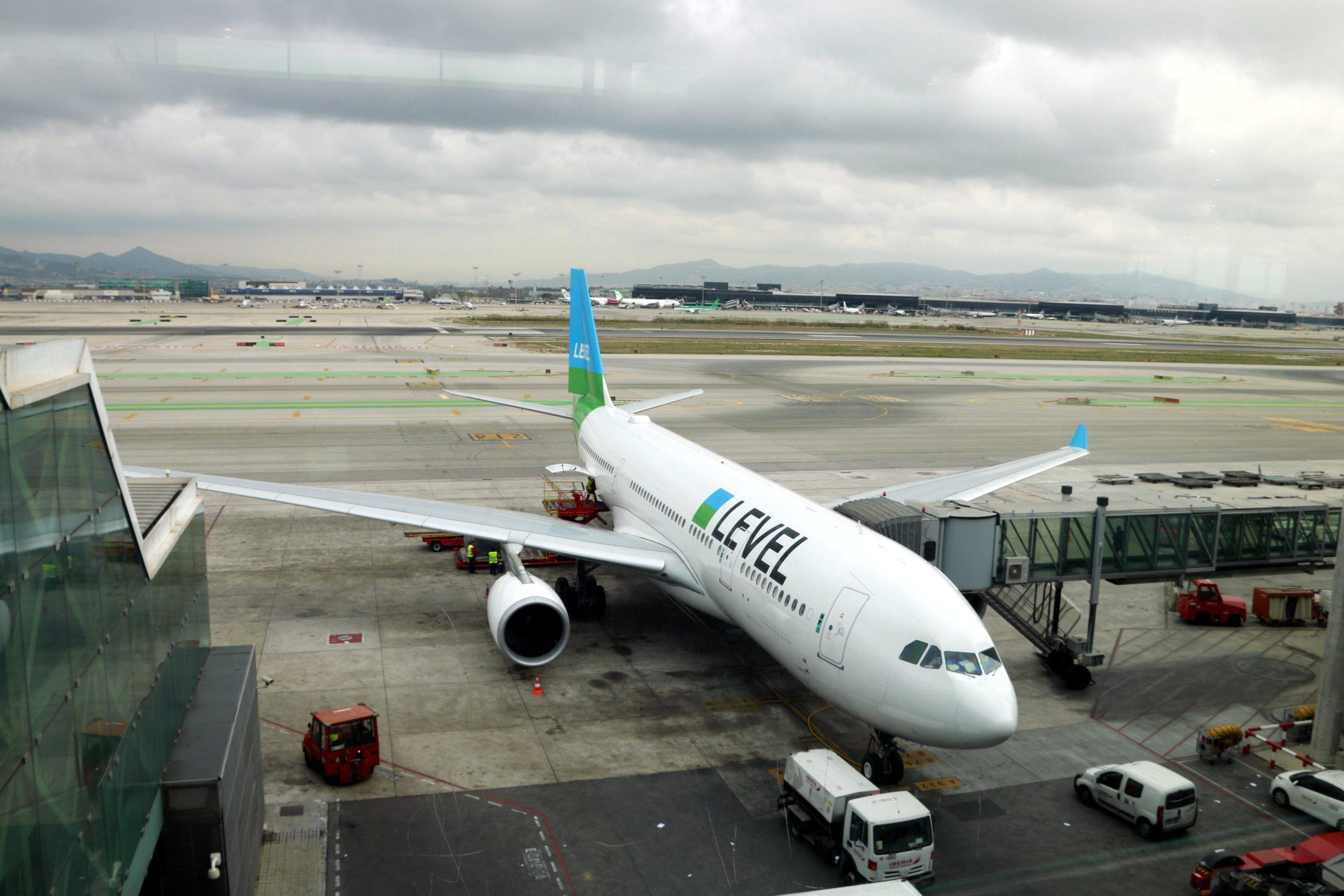 L'avió de Level que fa el primer vol directe entre Barcelona i Santiago de Xile, a l'aeroport del Prat / ACN - Laura Fíguls