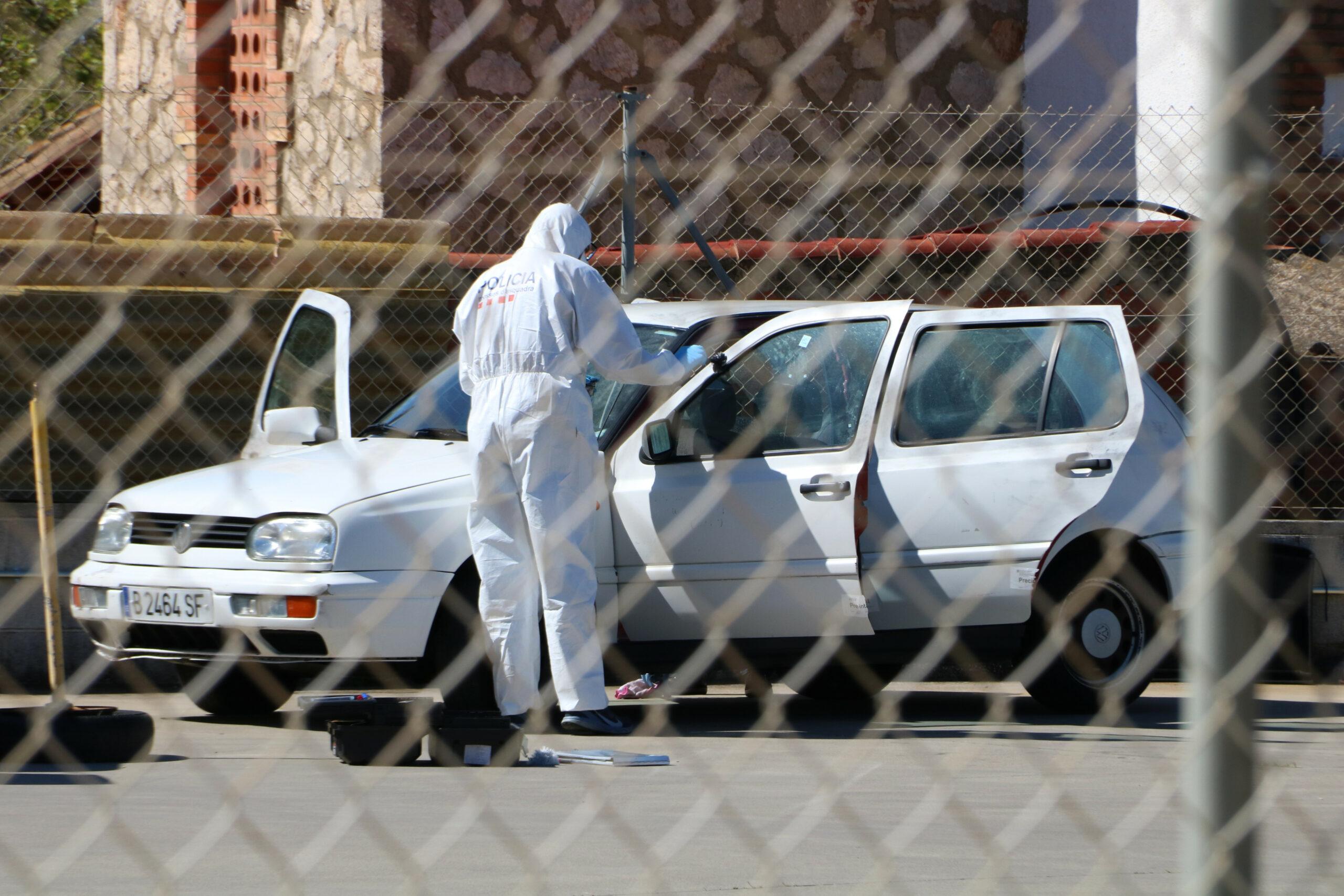 La policia científica inspeccionant el vehicle on va aparèixer el cadàver de Roses | ACN