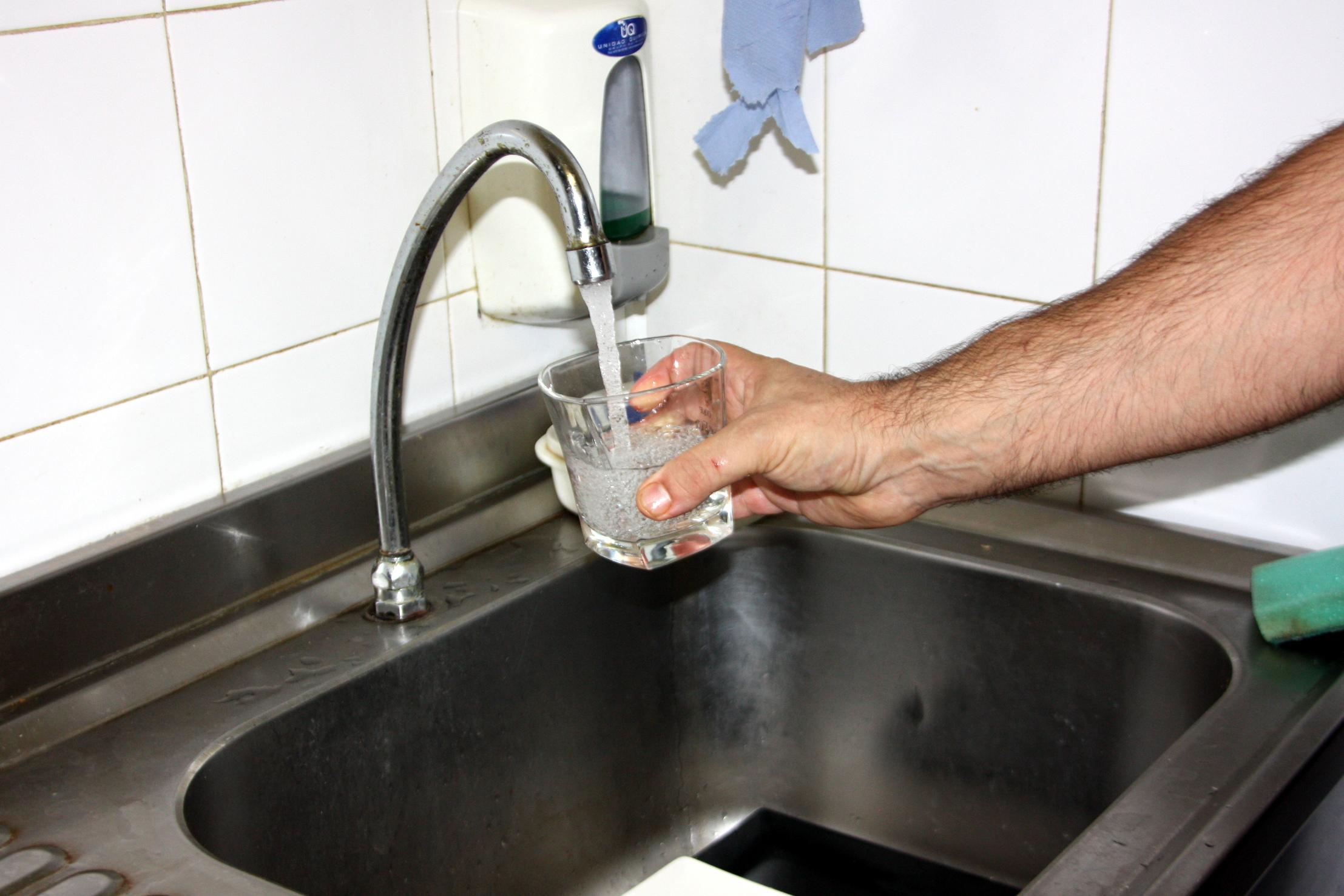 Una mà omplint un got d'aigua de l'aixeta | ACN