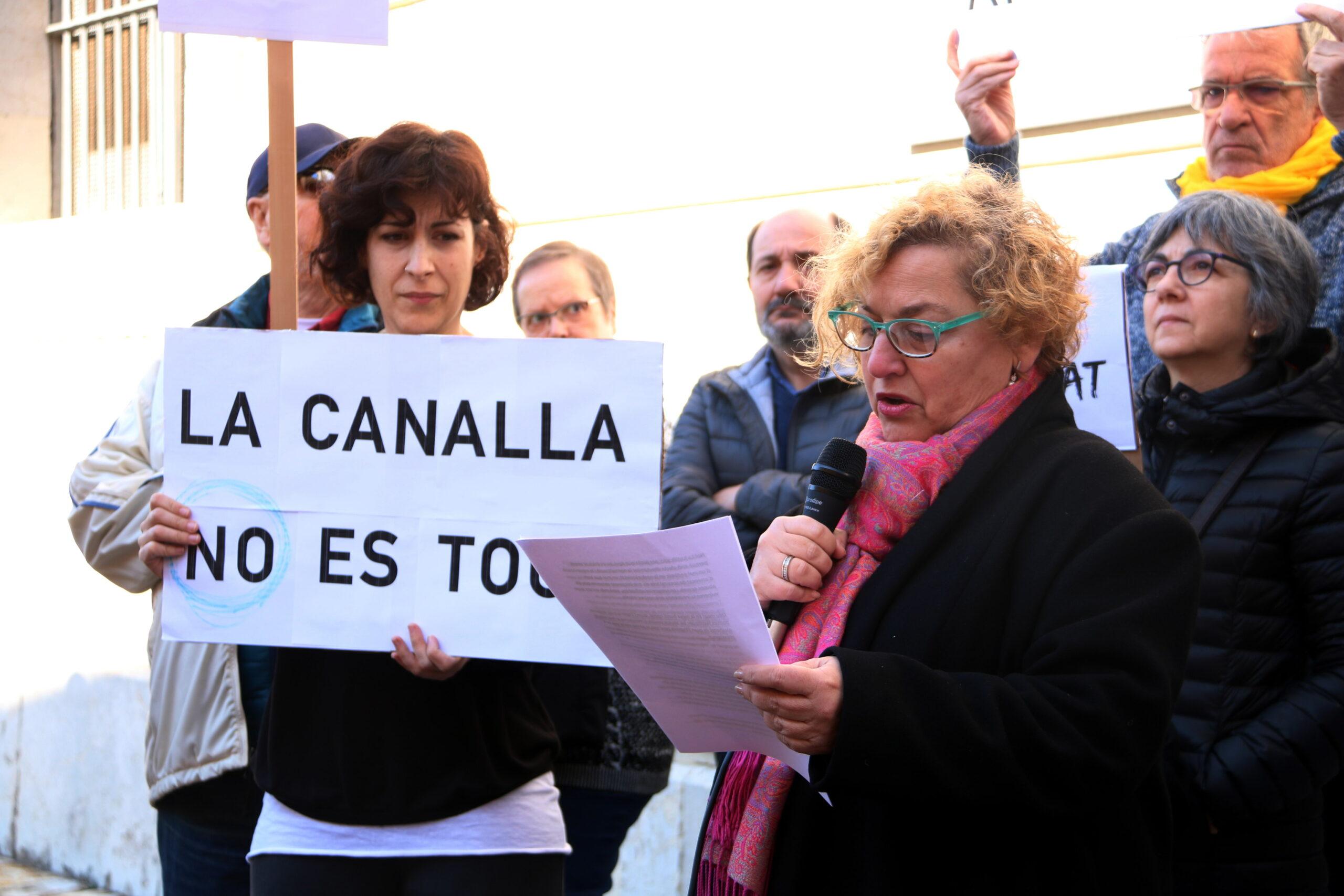 Els manifestants en la lectura de la carta d'una víctima d'abusos sexuals en la concentració per denunciar els casos d'abusos sexuals a menors per part dels eclesiàstics, el 9 de febrer del 2019 / ACN