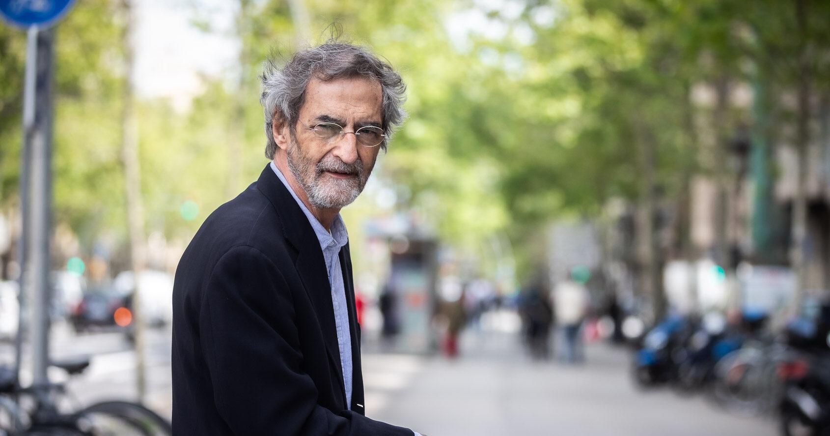 El farmacòleg Joan-Ramon Laporte a la Gran Via de les Corts Catalanes de Barcelona / Jordi Borràs