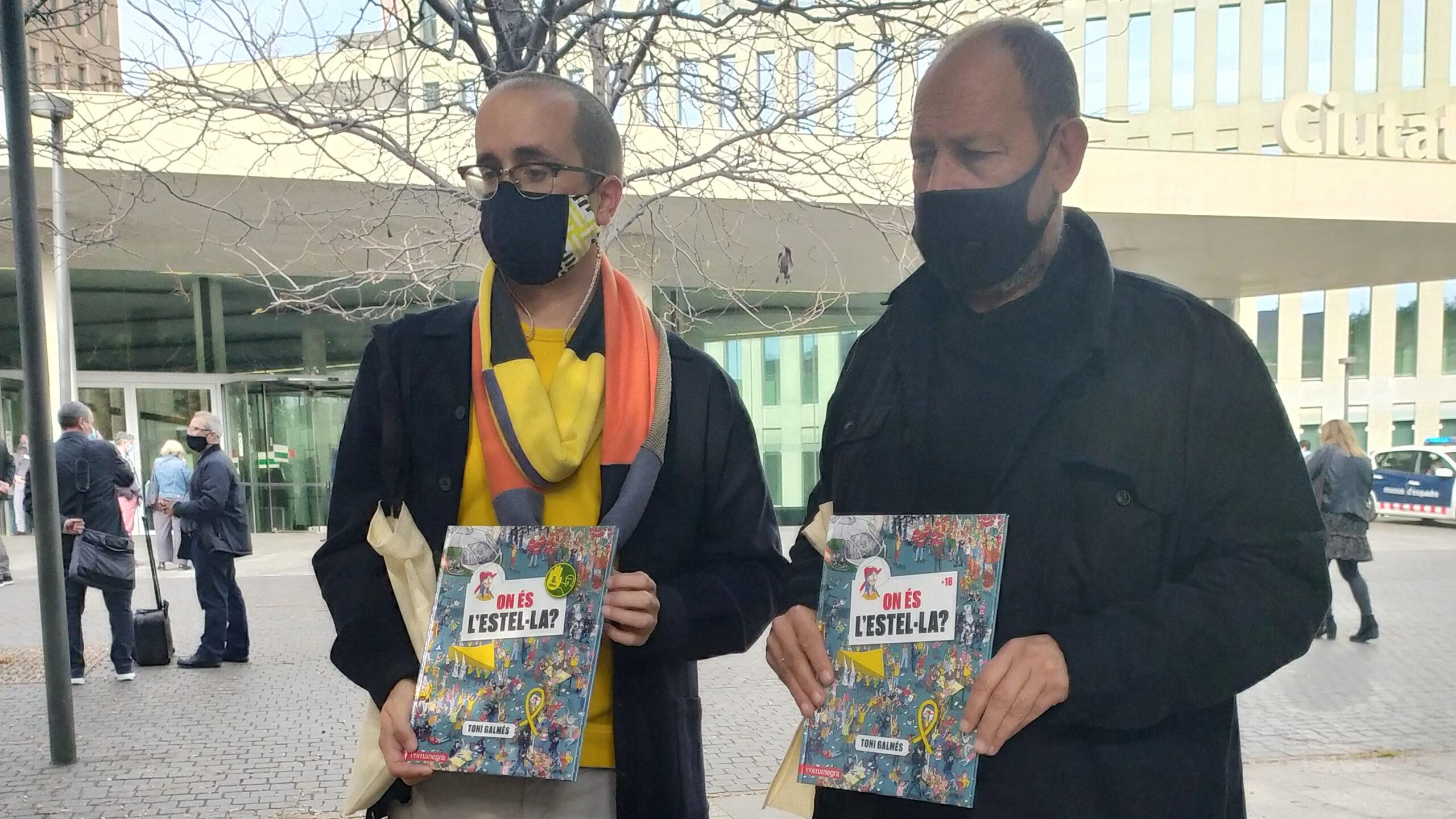 El director de Comanegra, Joan Sala, i l'editor, Jordi Puig, abans de la declaració en la causa contra l'il·lustrador d''On és l'Estel·la?', Toni Galmés, per injúries (ACN)