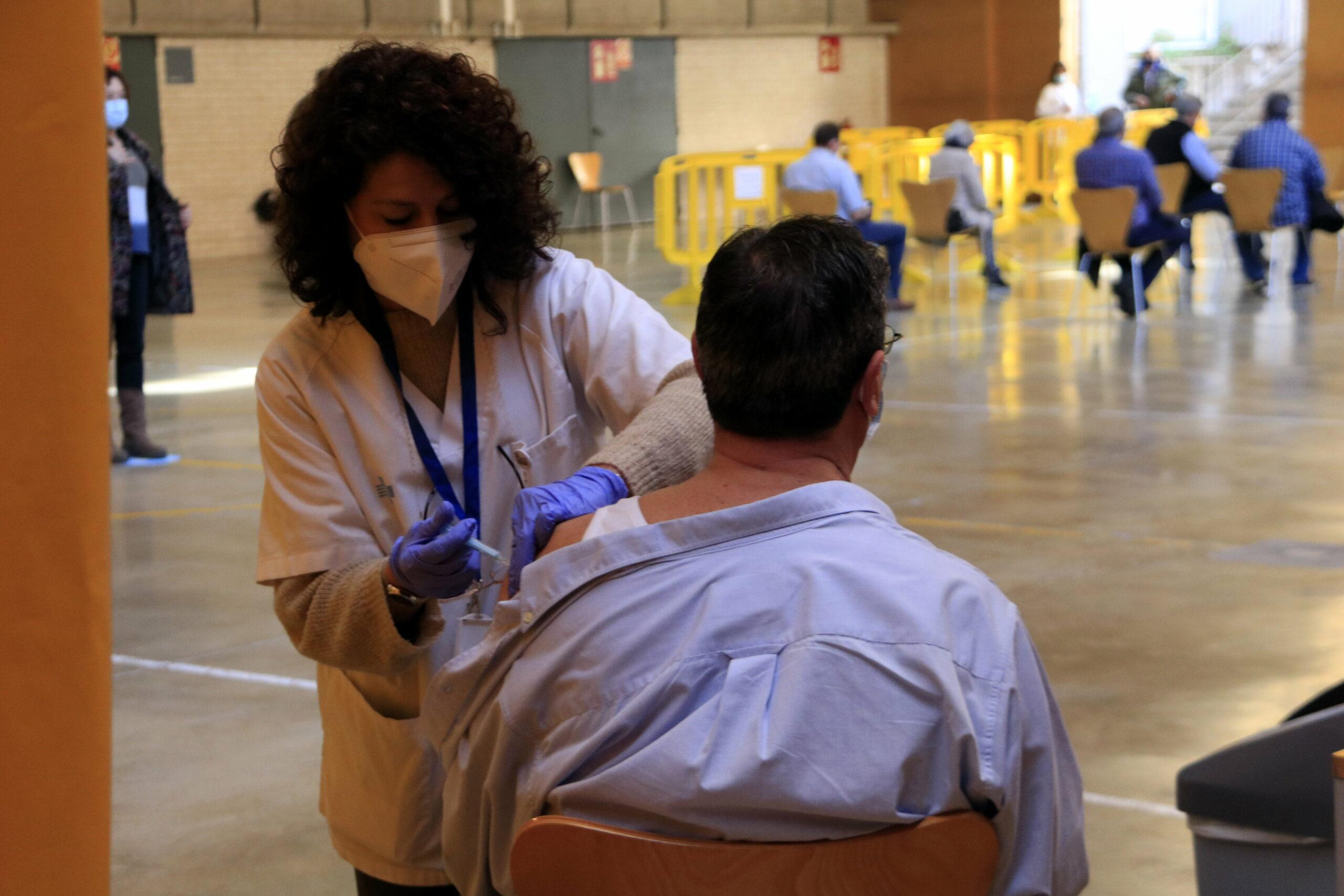 Una infermera vacuna un veí de Sant Boi de Llobregat de 65 anys | ACN
