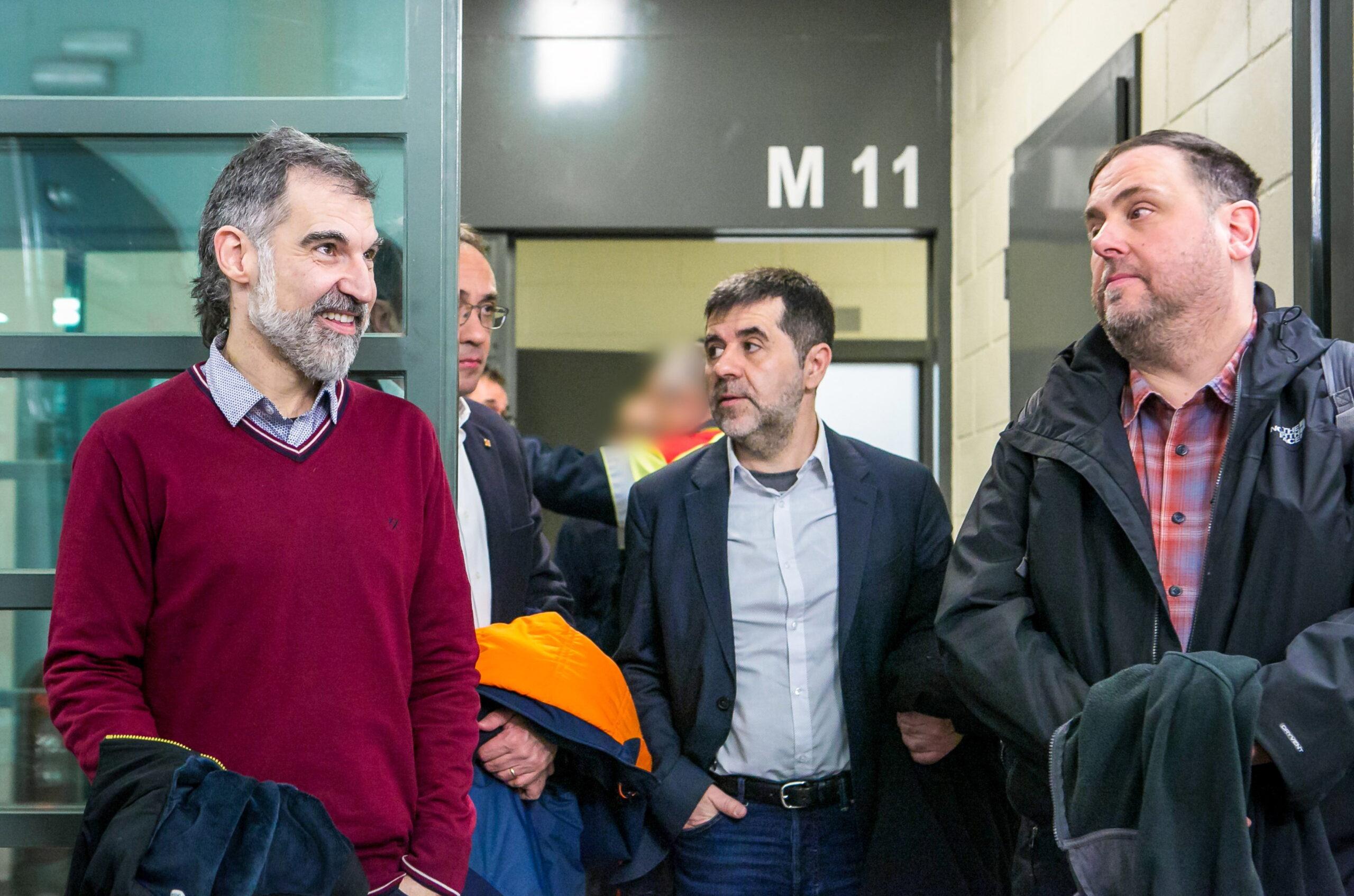 Pla mitjà de Jordi Cuixart, Josep Rull, Jordi Sànchez i Oriol Junqueras durant el seu trasllat a Madrid pel judici de l'1-O l'1 de febrer de 2019 | ACN