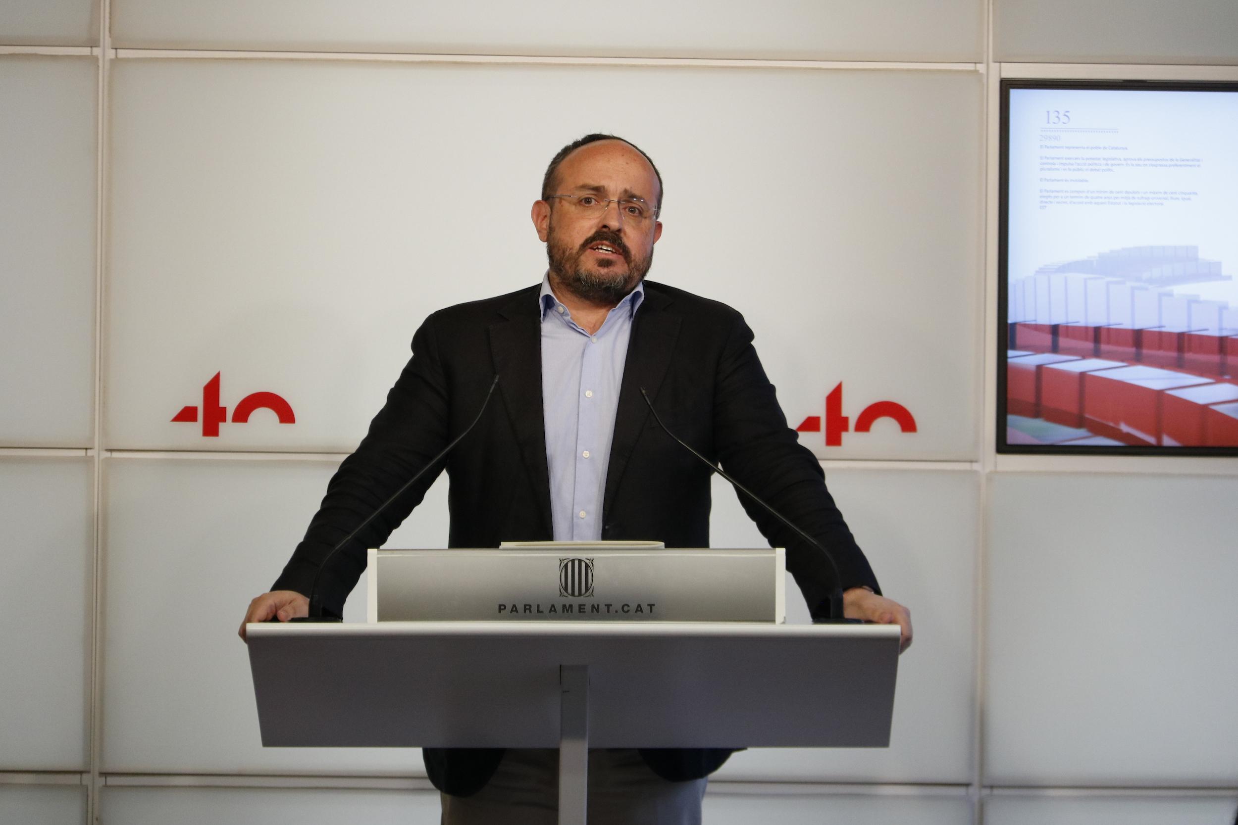 Pla mitjà d'Alejandro Fernández (PPC) al faristol de la sala de premsa del Parlament el 20 d'abril del 2021. Horitzontal.