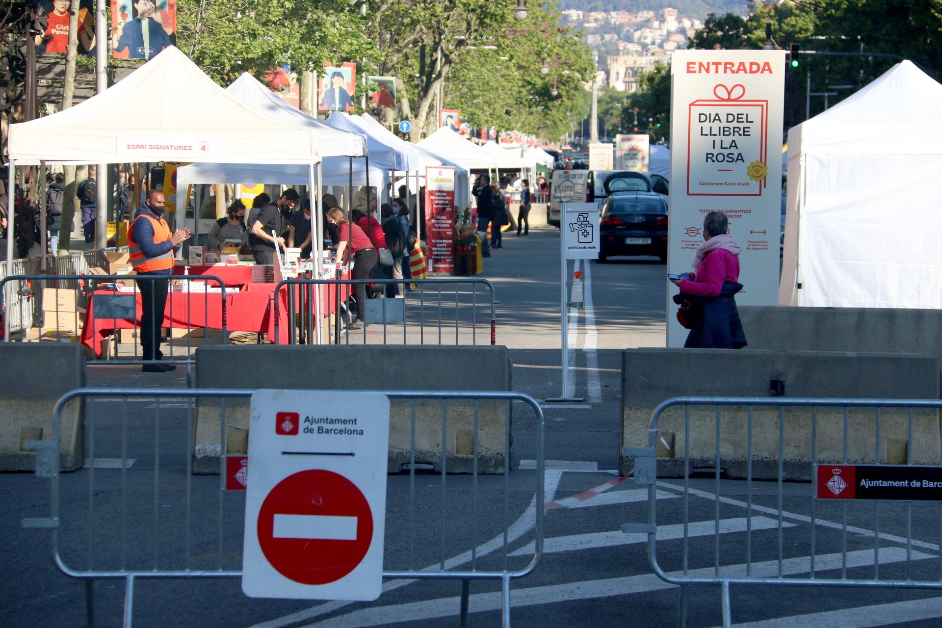 Un moment del muntatge del recinte perimetrat per a parades de llibres i roses a Passeig de Gràcia de Barcelona | ACN