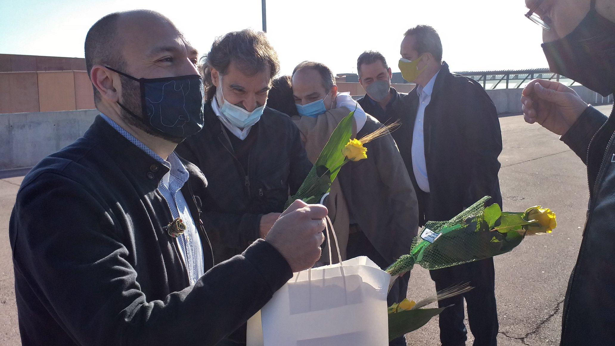 Els presos polítics que surten de permís aquest Sant Jordi reben roses de color groc   Twitter Jordi Cuixart