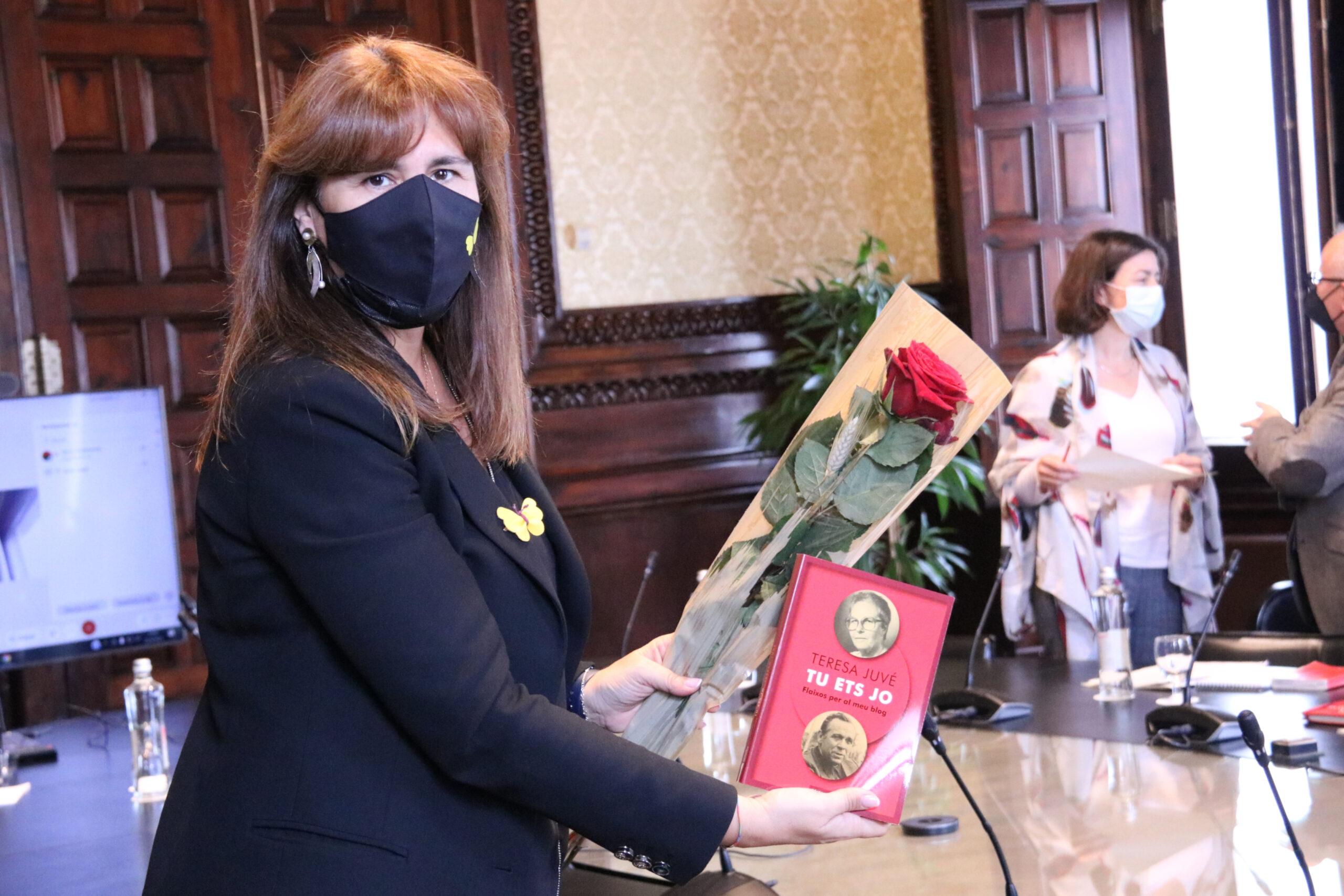 La presidenta del Parlament, Laura Borràs, ensenya una rosa i el llibre 'Tu ets jo'   ACN