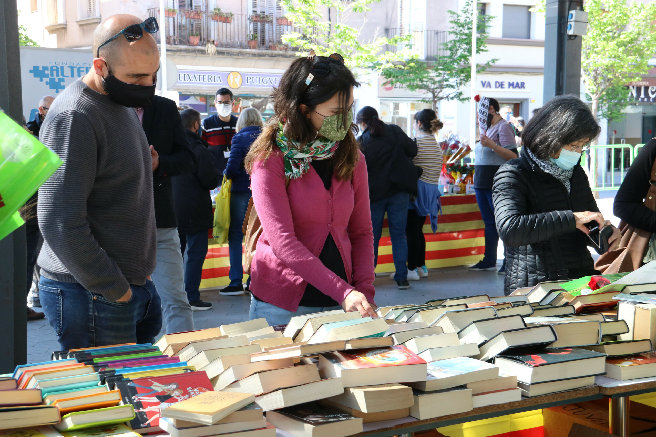 Unes persones mirant llibres en una parada de la plaça Catalunya de Figueres   ACN