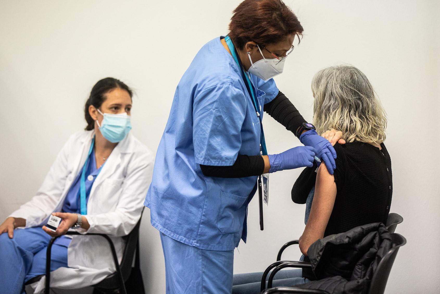 Punt de vacunació La Farga de L'Hospitalet de Llobregat, 22 d'abril del 2021 / Jordi Borràs