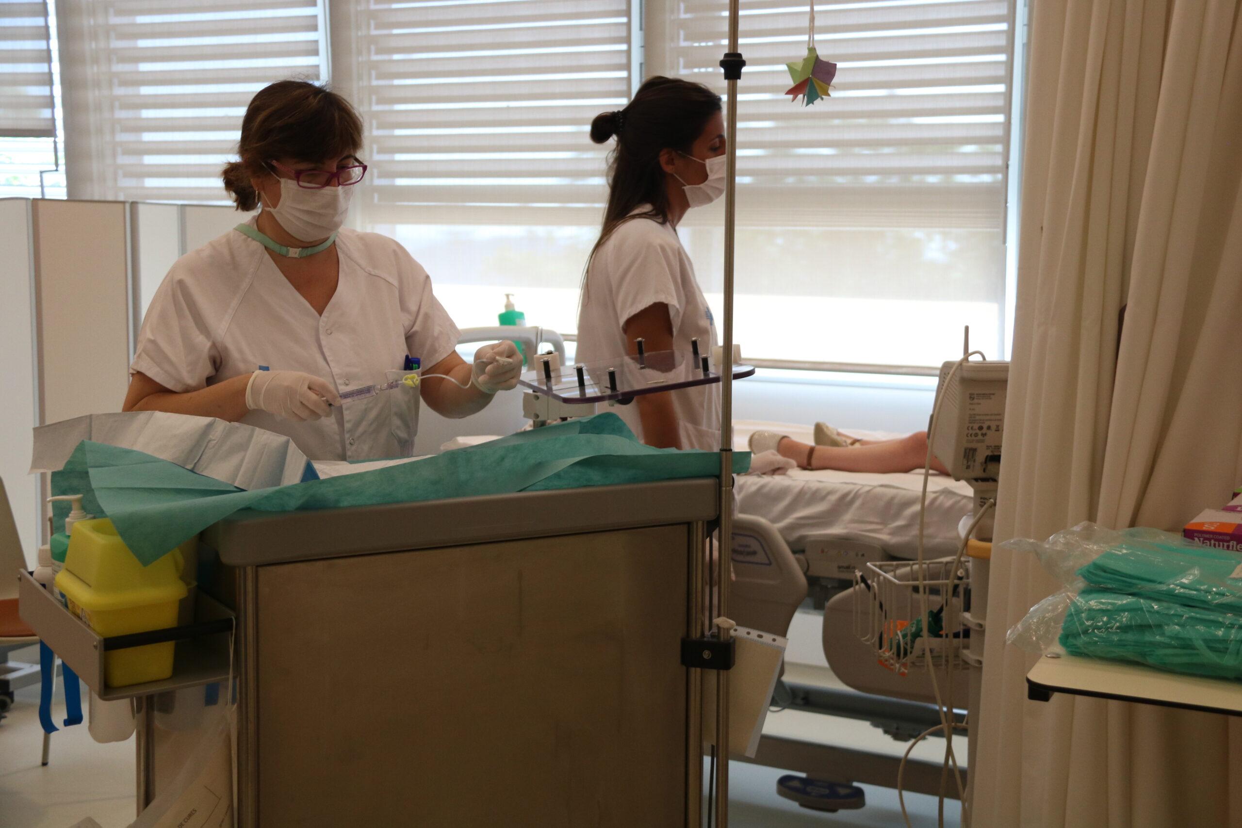 Dues infermeres atenen un infant a la Vall d'Hebron ACN