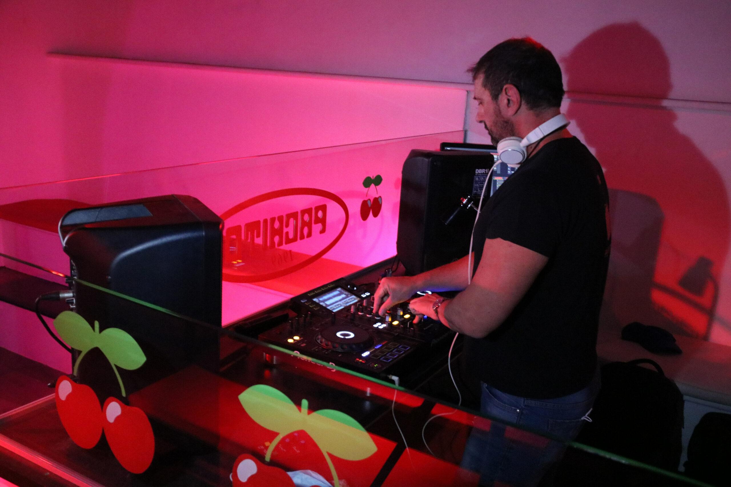 Un DJ posant música en un bar musical | ACN