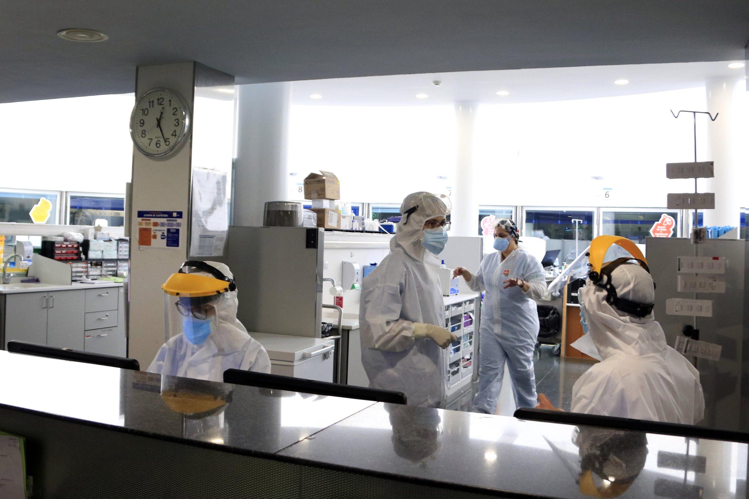 Professionals sanitaris treballant en una unitat d'UCI de l'Hospital del Mar amb pacients amb covid-19, en la pandèmia de coronavirus / ACN