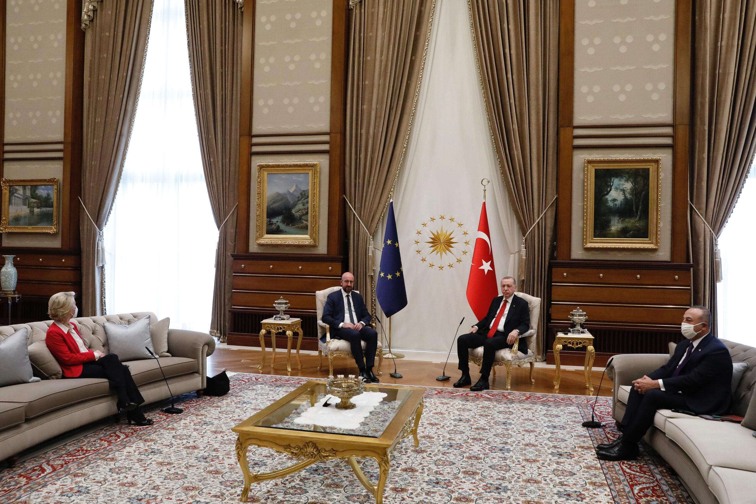 La presidenta de la Comissió Europea, Ursula Von der Leyen, en un sofà mentre el president del Consell Europeu, Charles Michel, i el president turc, Recep Tayyip Erdogan, seuen junts en una visita oficial a Ankara el 6 d'abril del 2021 / ACN