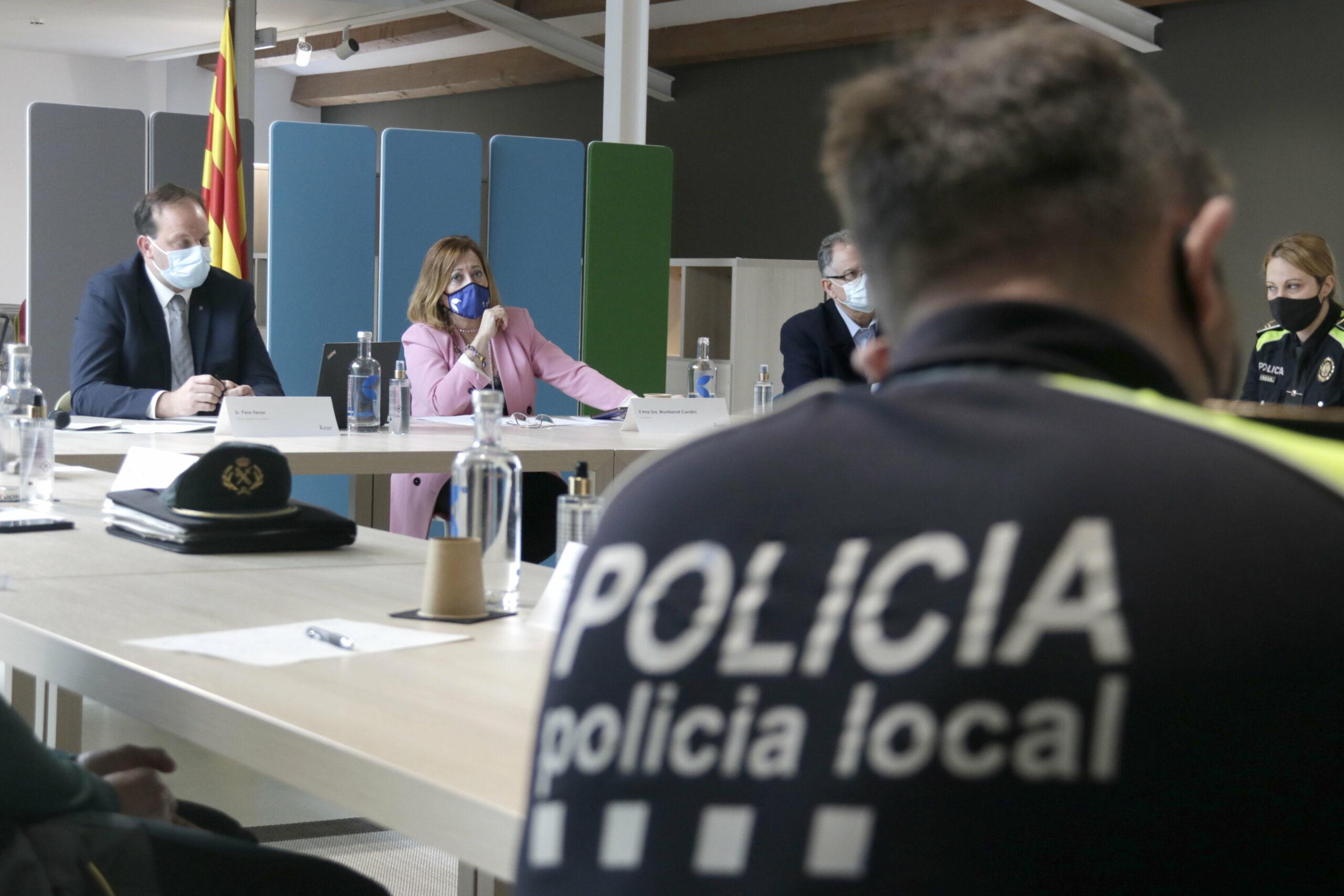 El director general dels Mossos, Pere Ferrer, i l'alcaldessa de Calella, Montserrat Candini, durant la reunió de la Junta Local de Seguretat, el 27 d'abril de 2021 / ACN