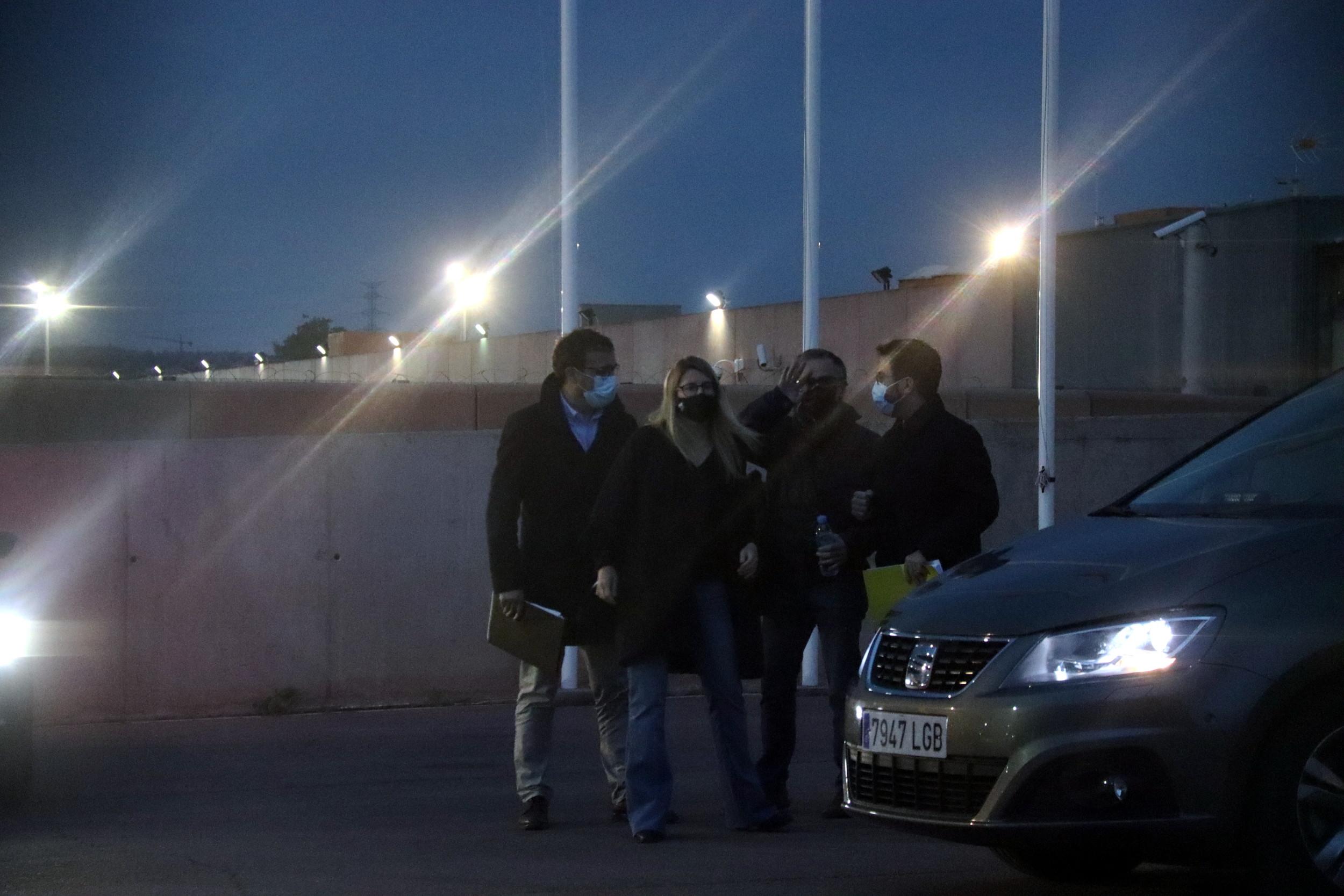 Artadi i Rius, de JxCat, i Aragonès i Jové, d'ERC, a l'exterior de Lledoners després de finalitzar la reunió / ACN