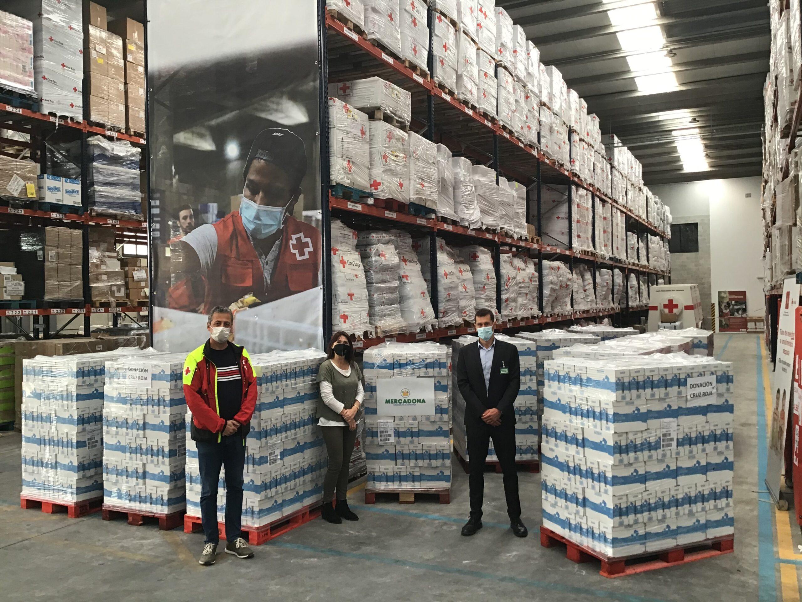 Representants de la Creu Roja i de Mercadona a Catalunya en un moment de la donació