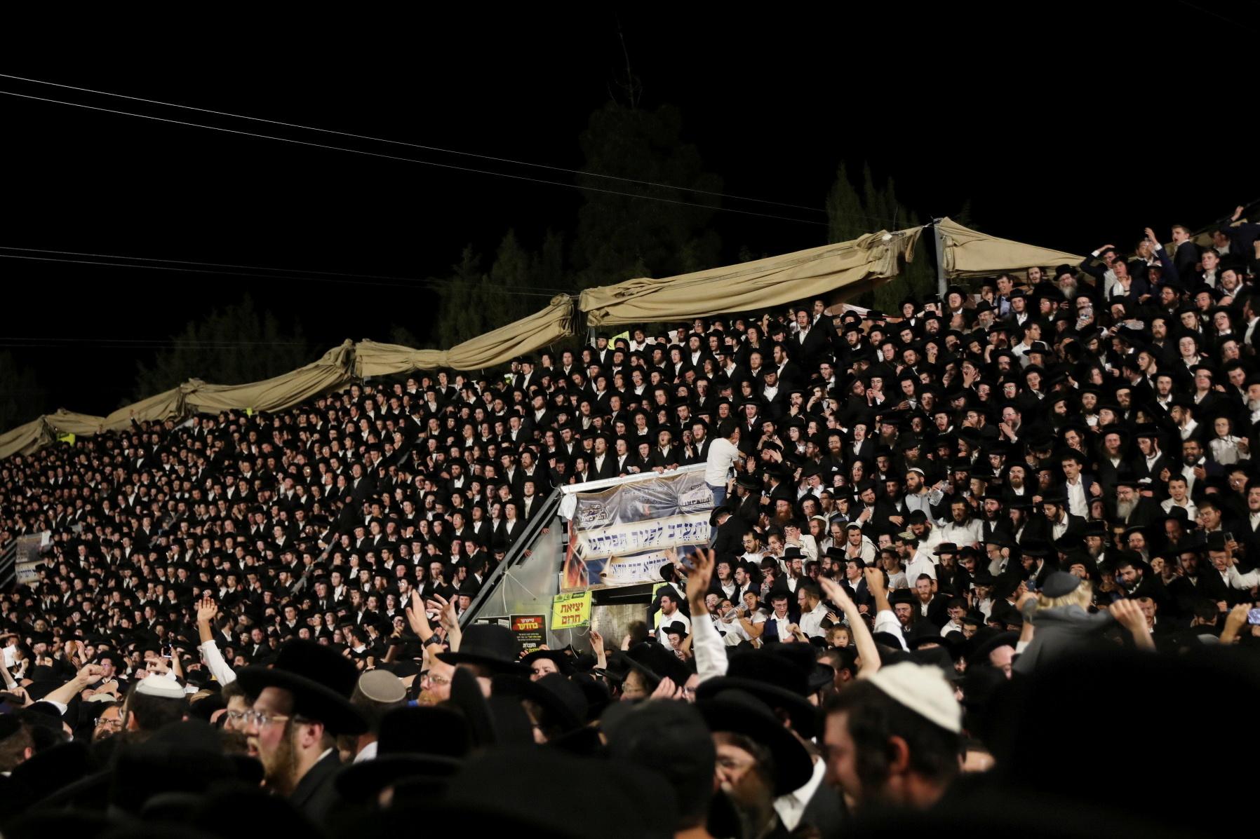 Fidels jueus canten i ballen en la celebració de Lag B'Omer a Mont Meron, al nord d'Israel, ahir / ACN