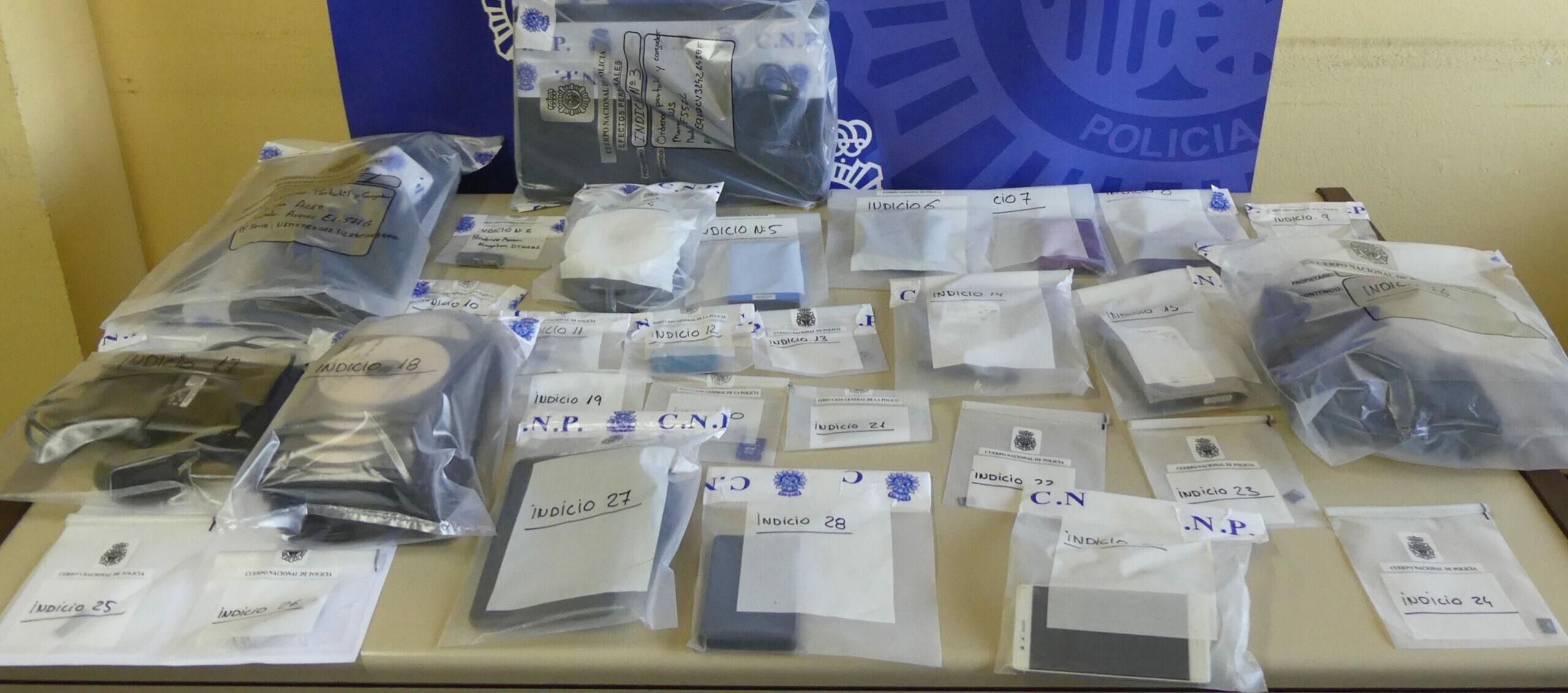 Material intervingut per la policia espanyola en la desarticulació d'un grup que distribuïa pornografia infantil a Tarragona. Imatge del 29 de juny de 2018 / ACN