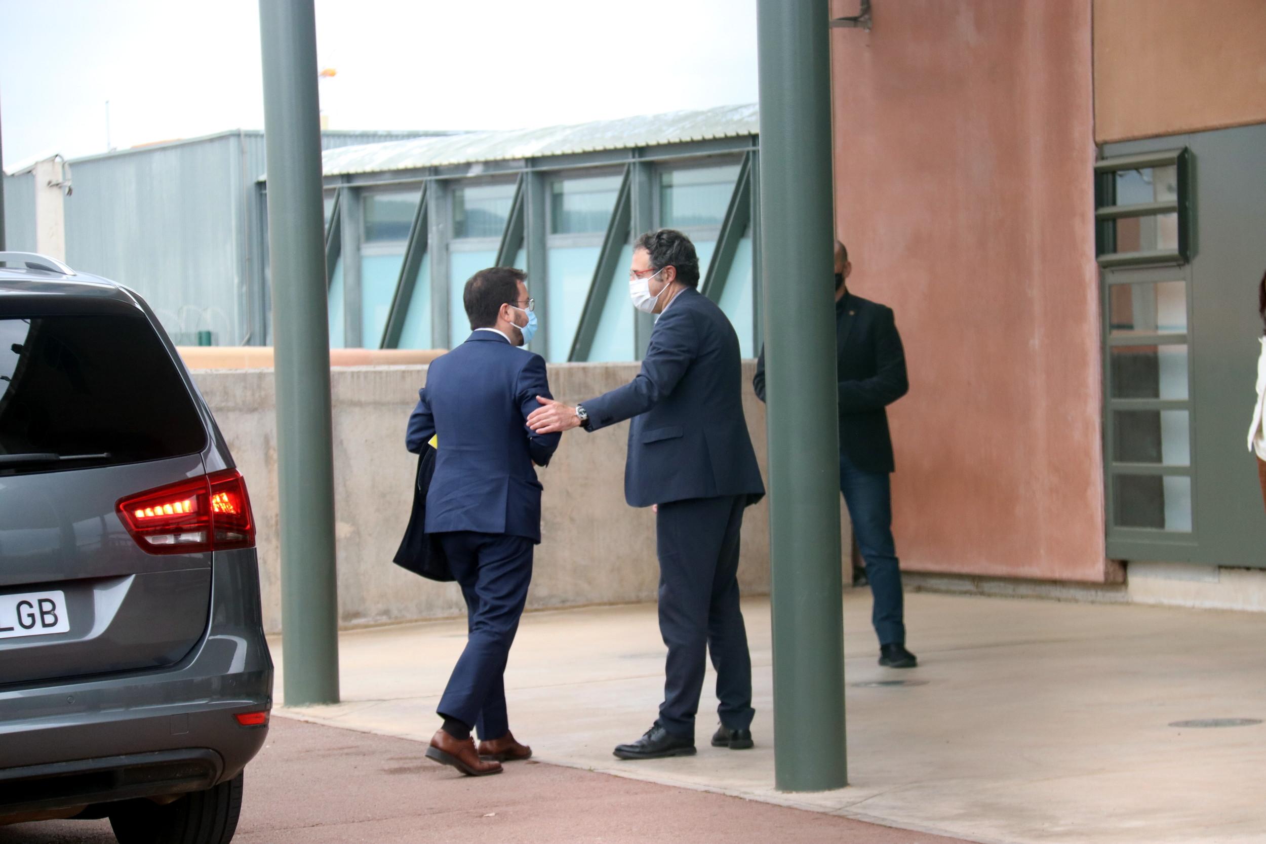Moment en què el vicepresident Pere Aragonès surt del vehicle per entrar a la presó de Lledoners. 27 d'abril de 2021 / ACN