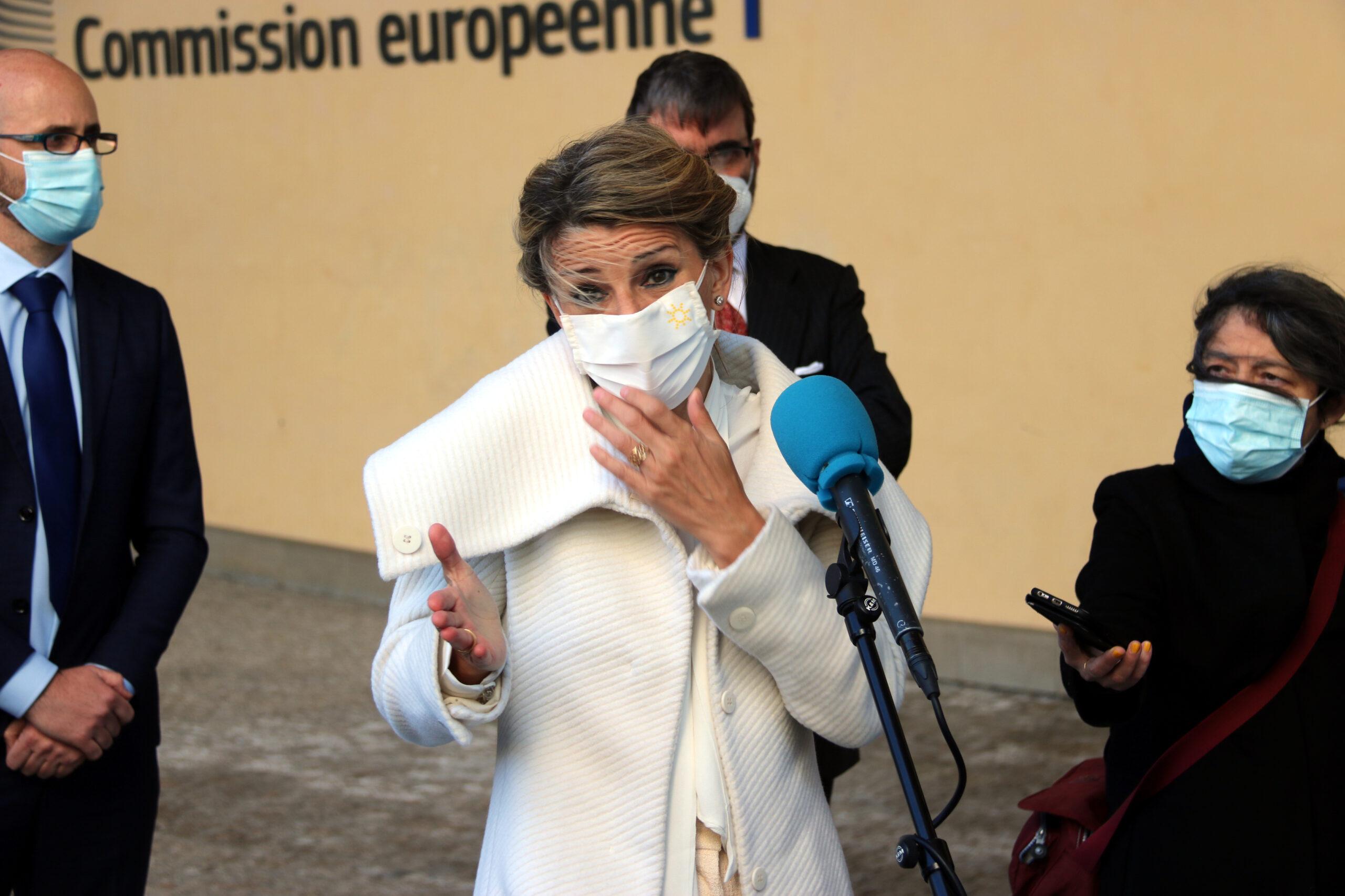 La ministra de Treball, Yolanda Díaz, atenent els mitjans a les portes de la Comissió Europea / ACN