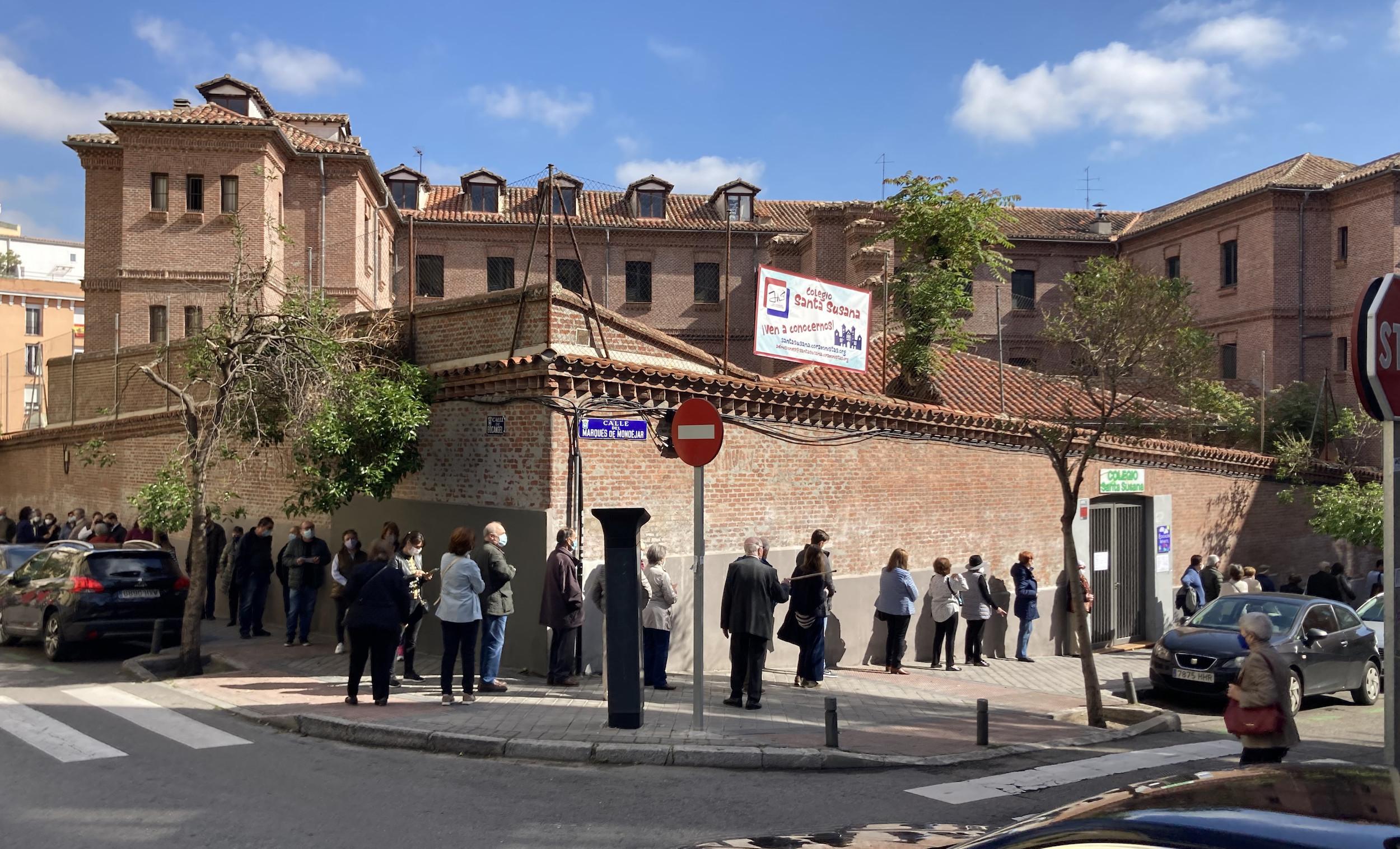 Cues de votants al col·legi Santa Susana de Madrid, avui / ACN